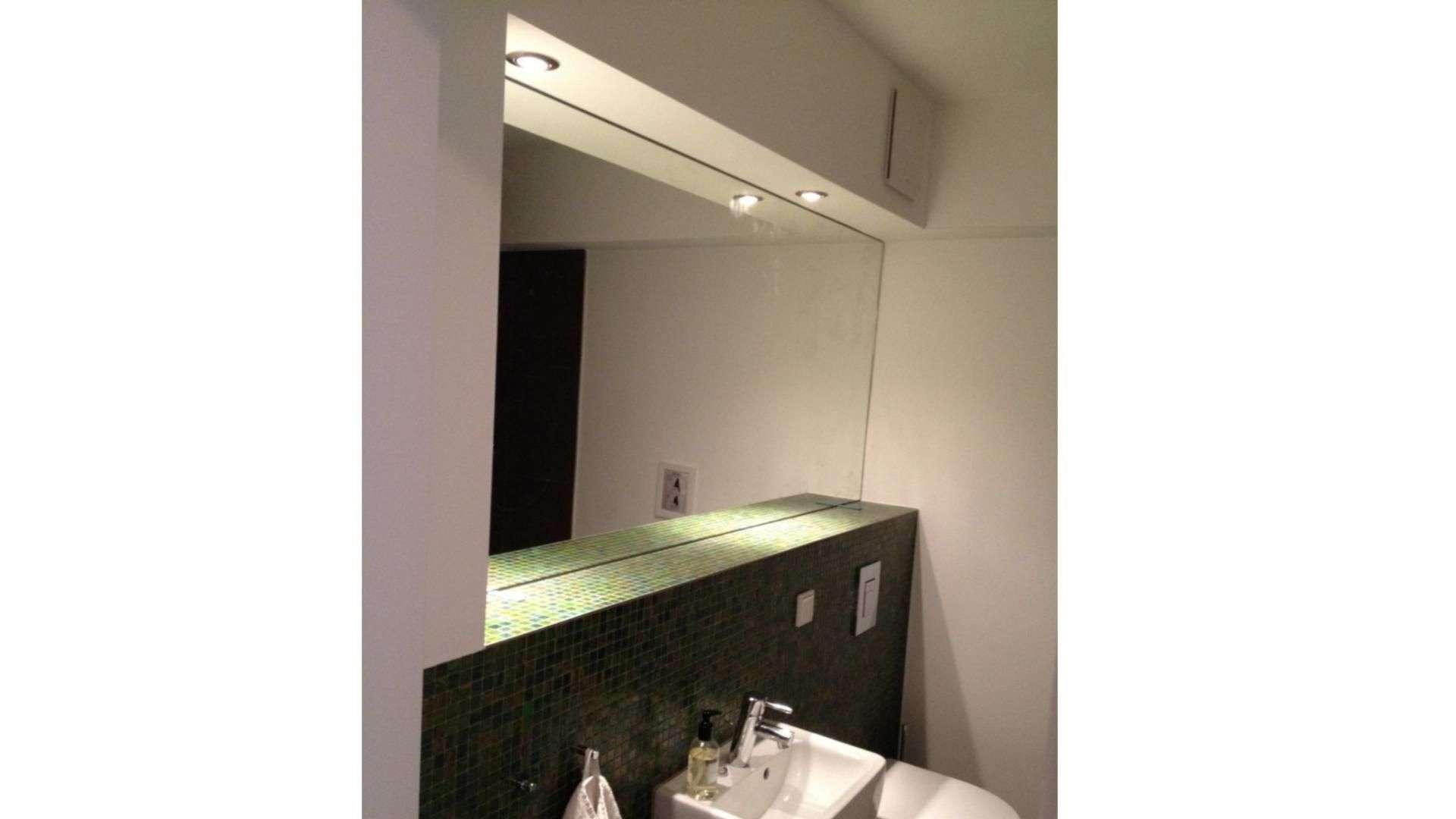 beleuchteter Spiegel über einem Waschbecken