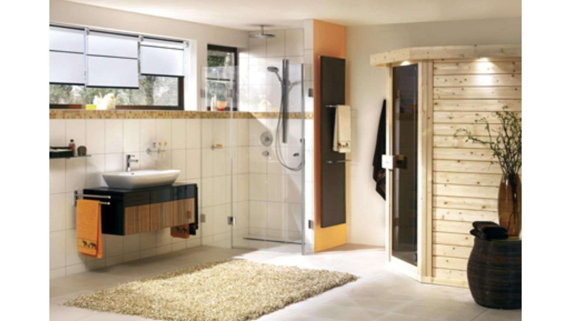 Badezimmer mit Sauna und Dusche mit Glastüren