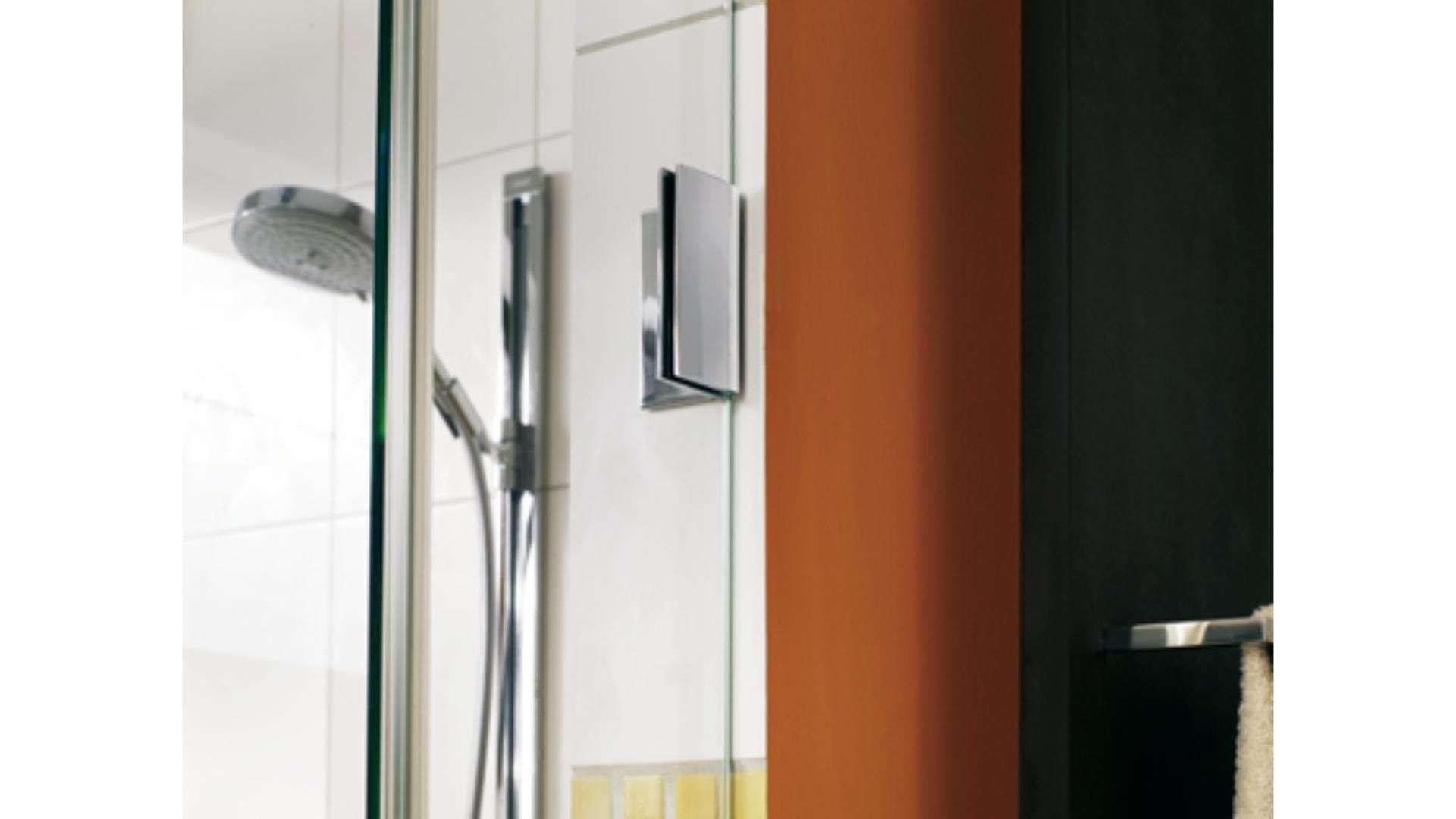 Nahansicht der Scharniere einer Duschglastür
