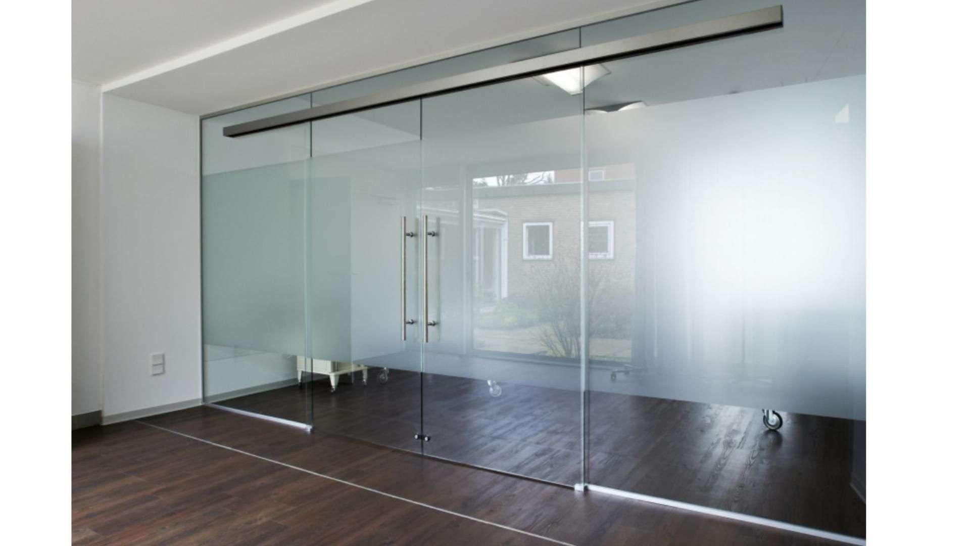 große Schiebetür aus Glas in einem Raum
