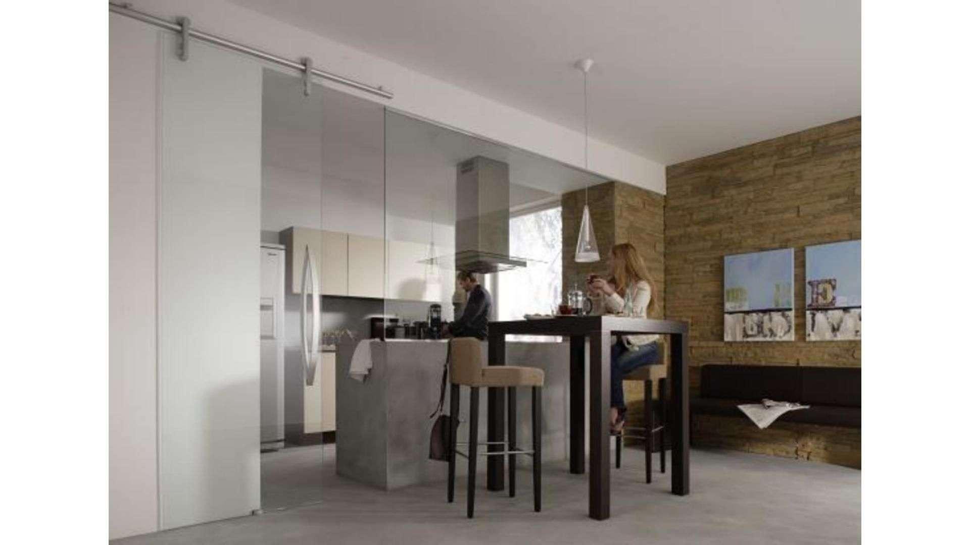 Schiebetür aus Glas zwischen Küche und Esszimmer