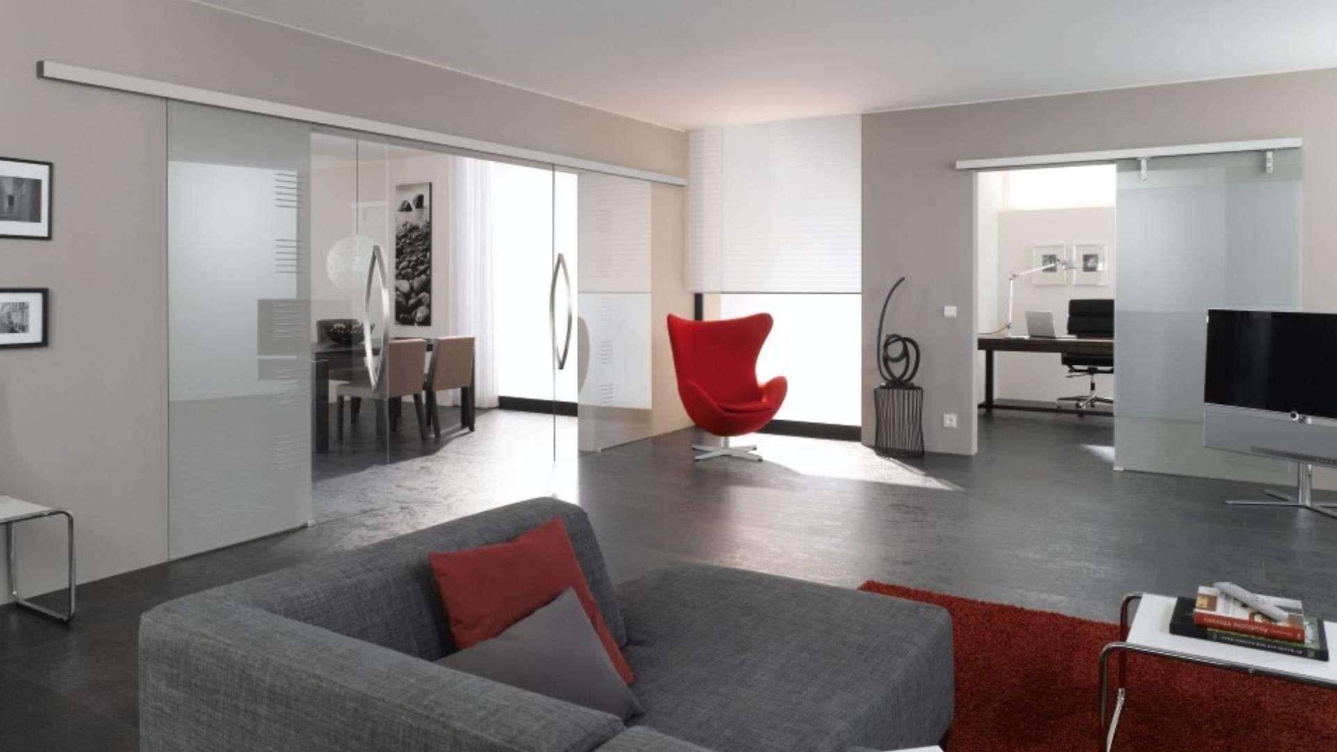 Wohnziemmer mit zwei großen Schiebetüren aus Glas
