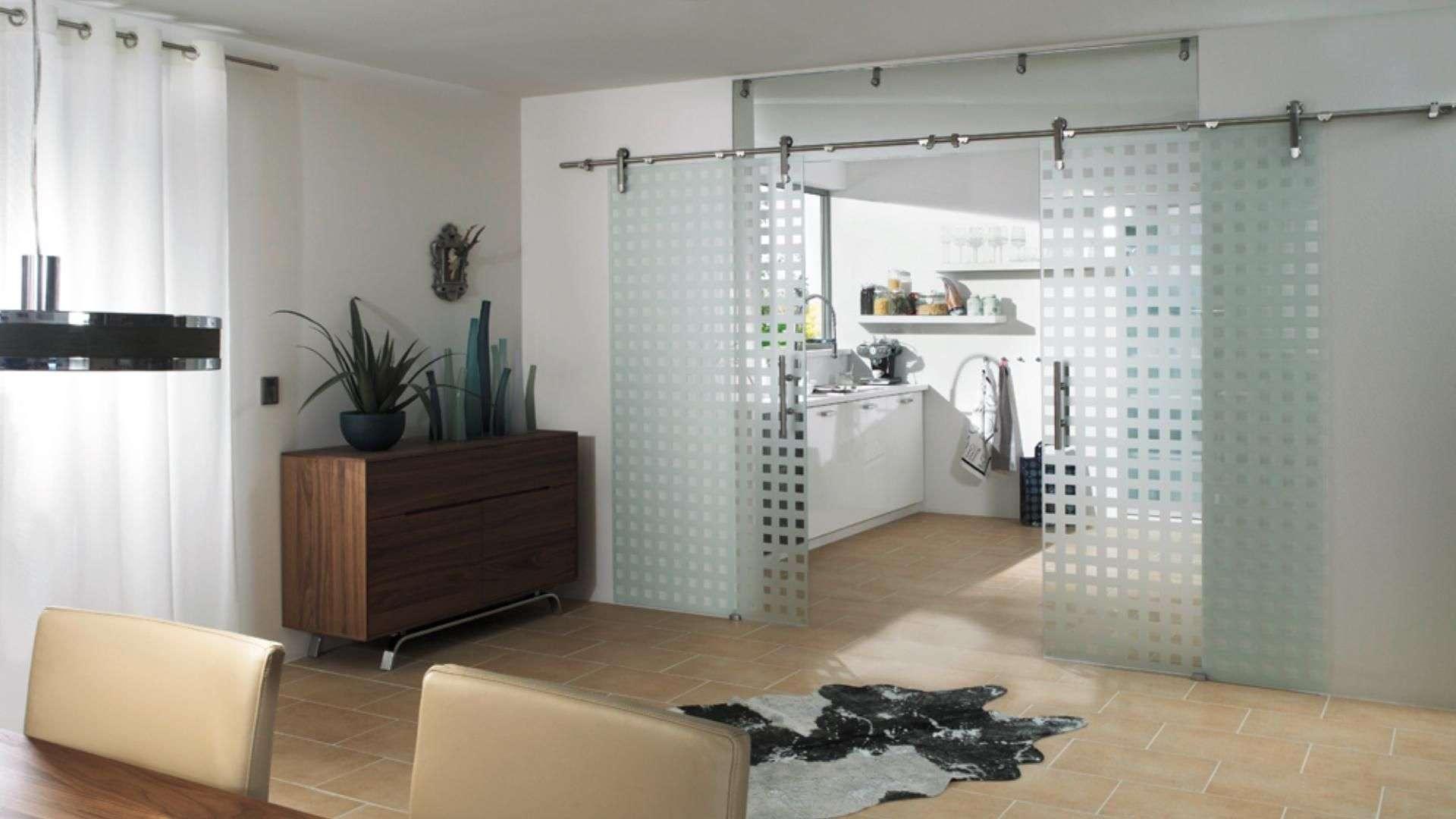 Glas-Schiebetür zwischen Küche un Esszimmer