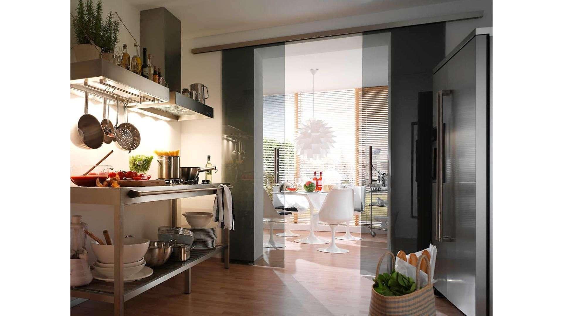 Glas-Schiebetür zwischen Küche und Esszimmer