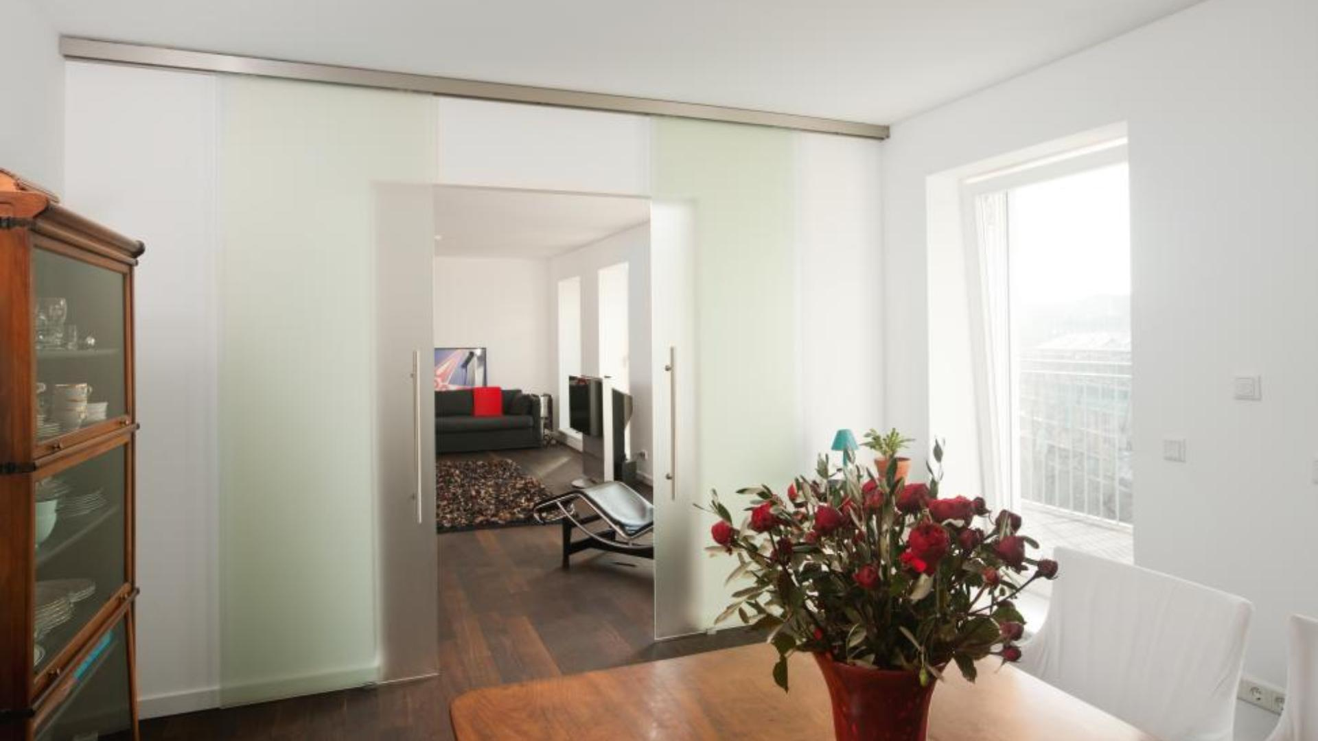 Schiebetür aus Glas zwischen Wohn- und Esszimmer