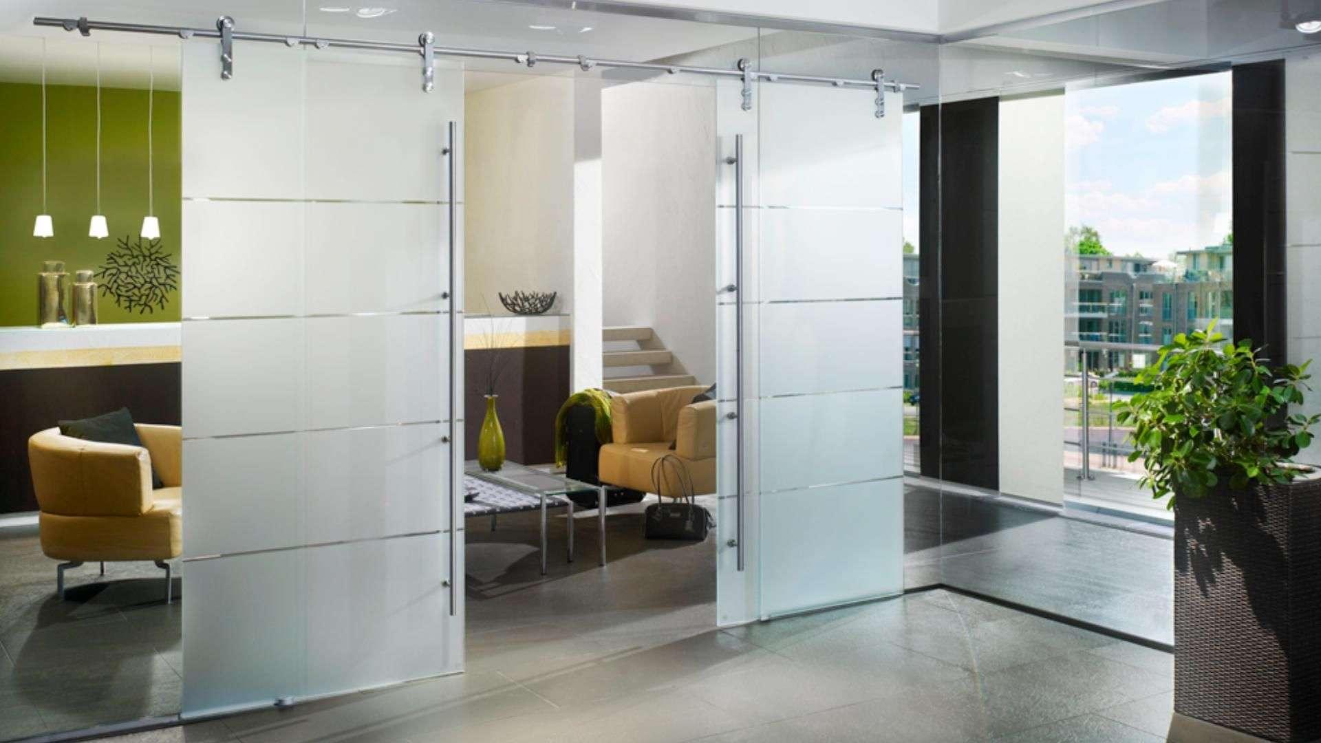 Glas-Schiebetür zwischen Küche und Wohnzimmer