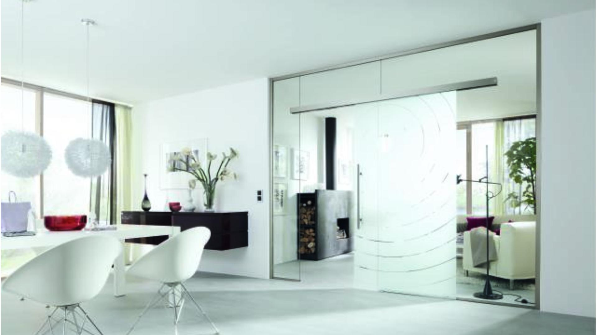 Glas-Schiebetür zwischen Esszimmer und Wohnzimmer