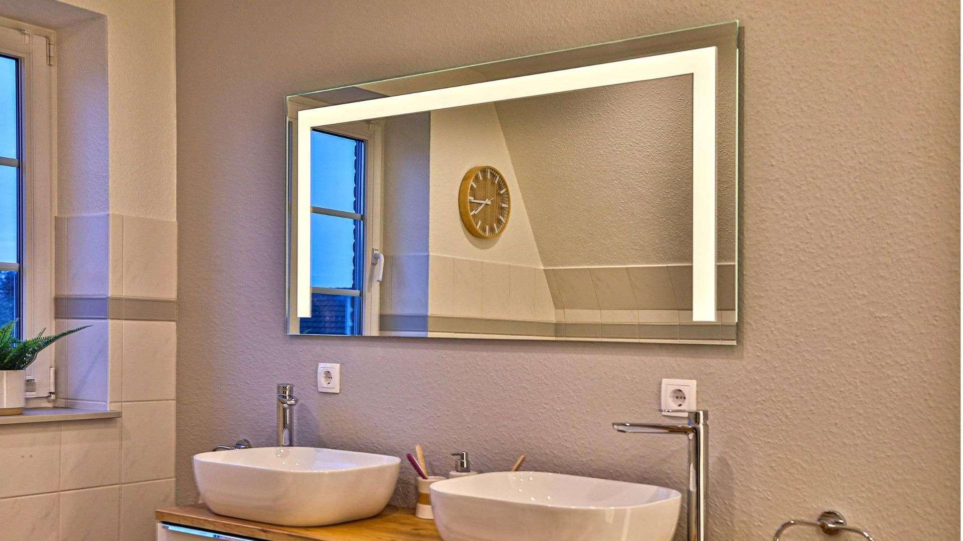 Spiegel mit Beleuchtung über zwei Waschbecken