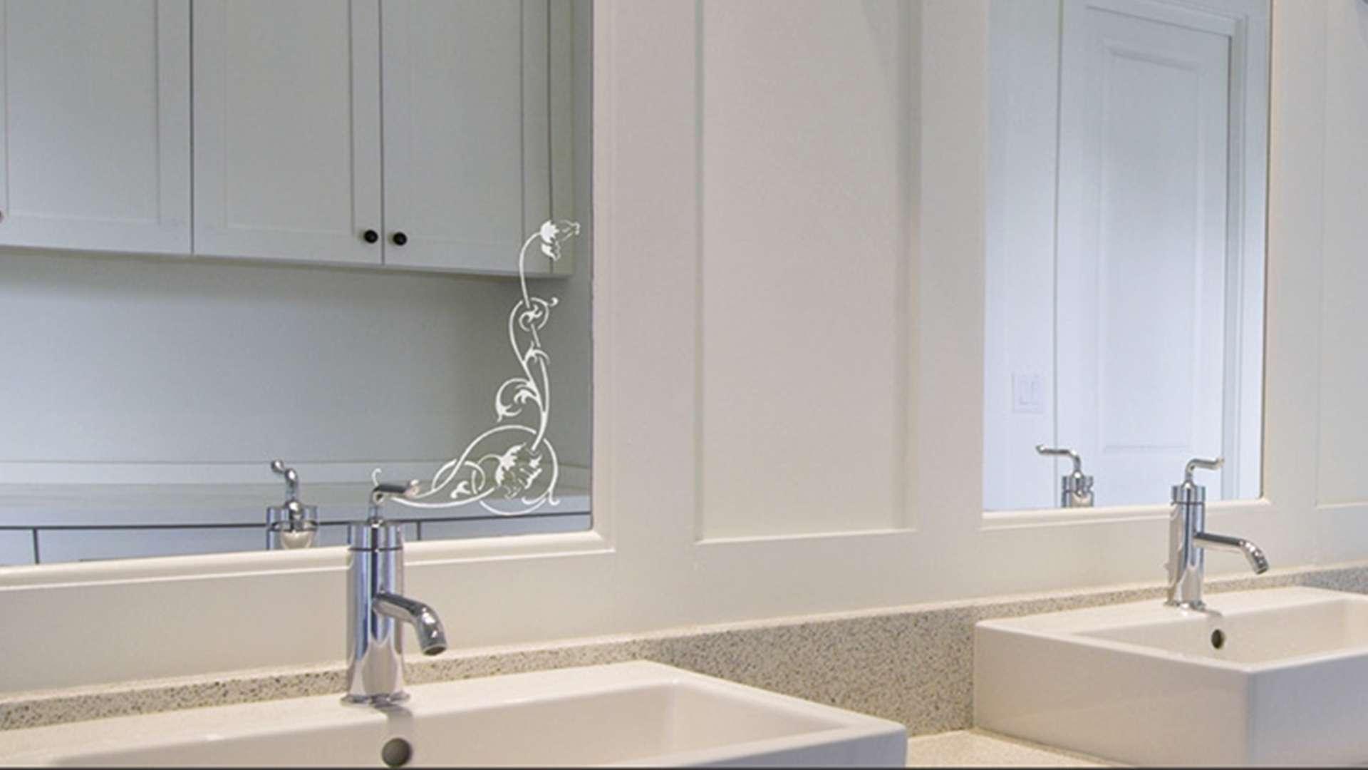 Spiegel hinter zwei Waschbecken in einem Badezimmer