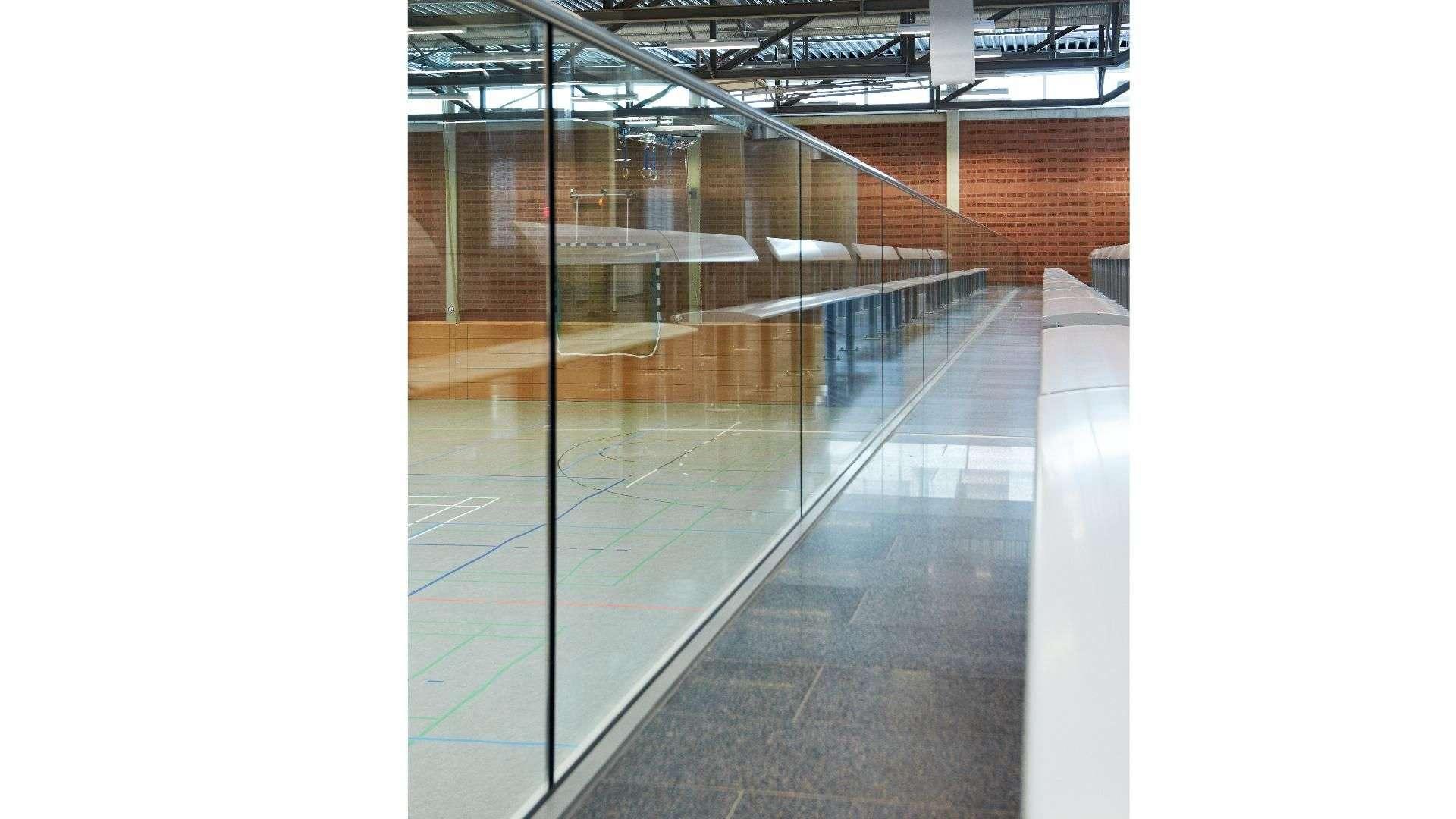 Verglasung der Tribüne einer Sporthalle