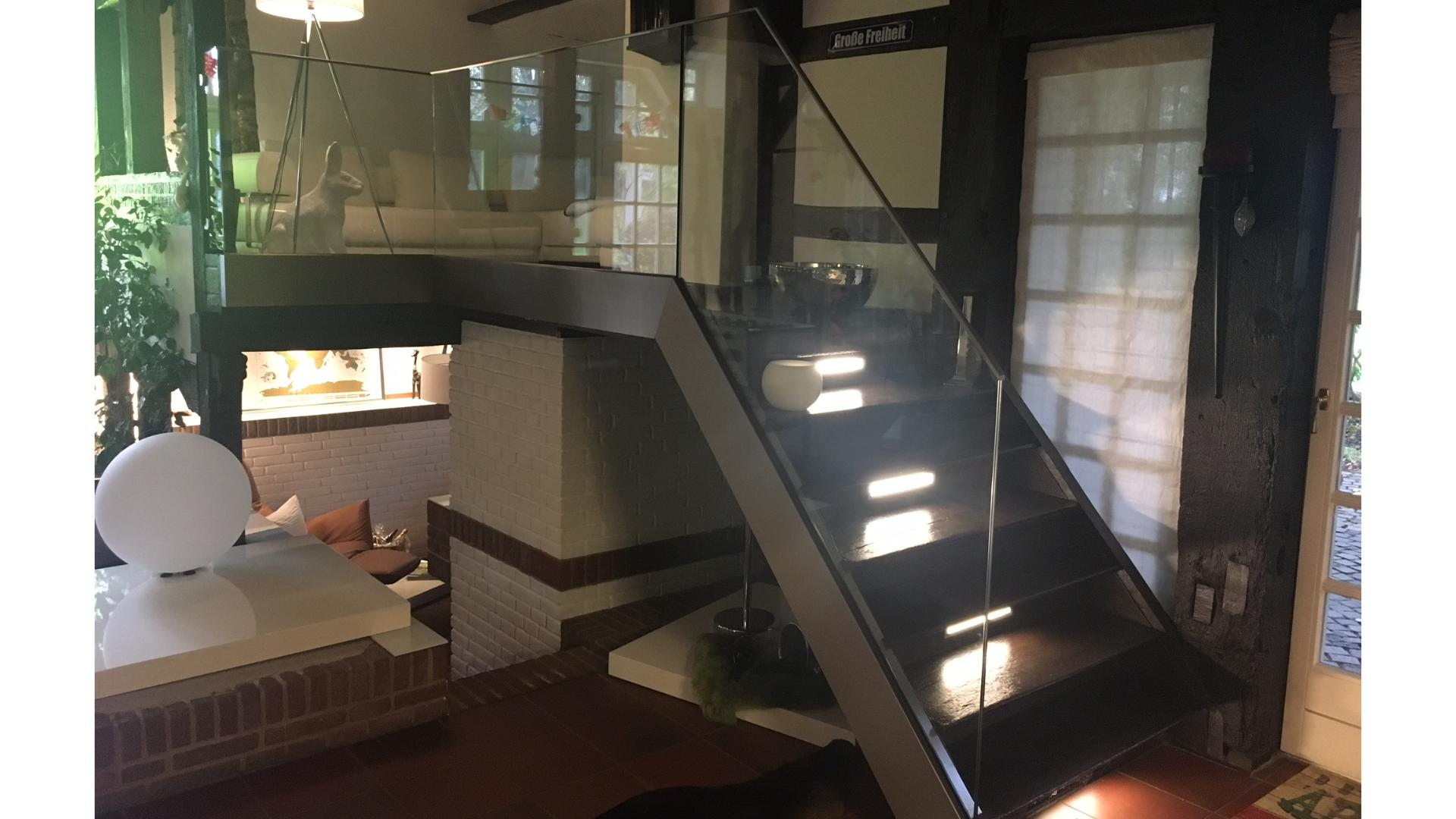 Treppe mit Glasgeländer in einem Fachwerkhaus