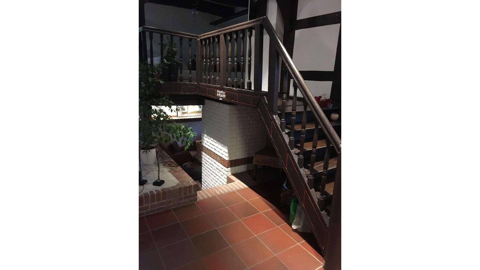 Treppe mit Holzgeländer in einem Fachwerkhaus