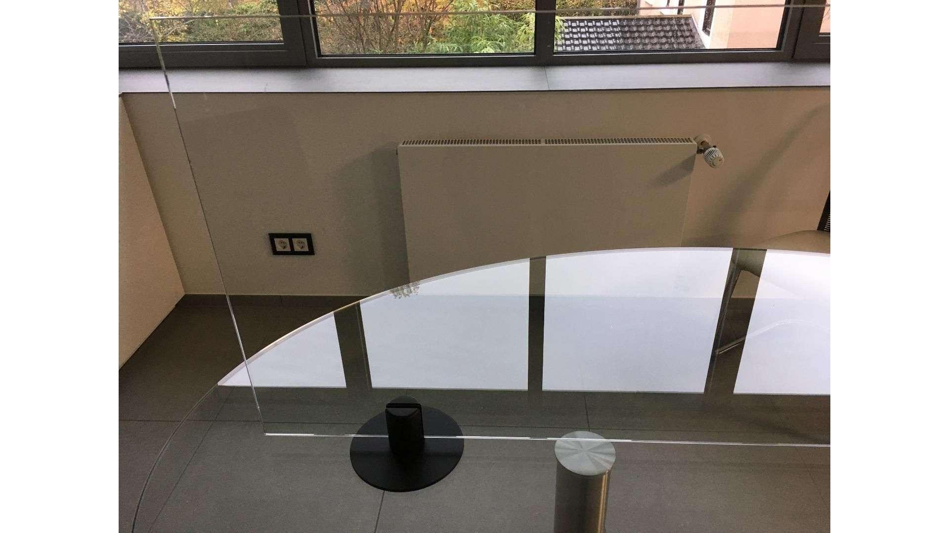Spuckschutz auf einem Esstisch in der Küche