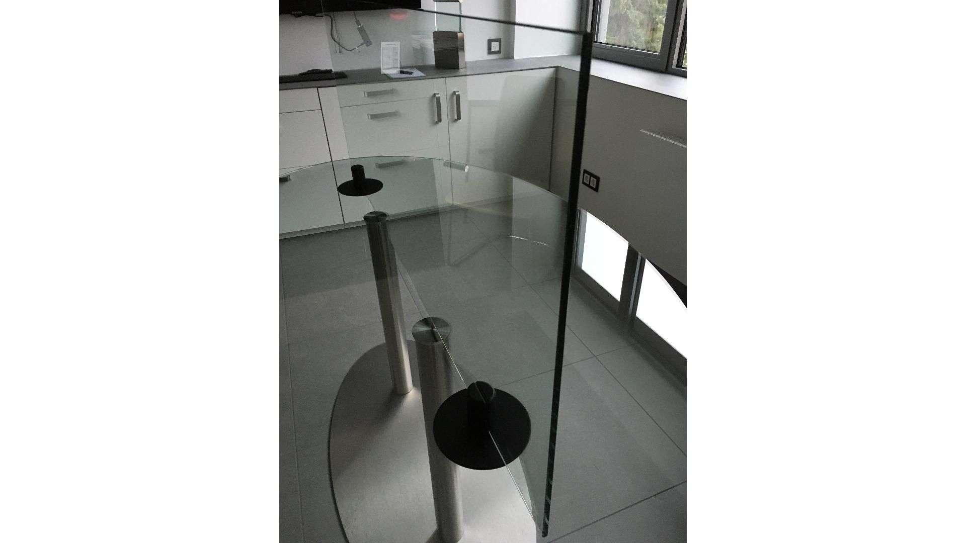 Spuckschutz auf einem Esstisch in einer Küche