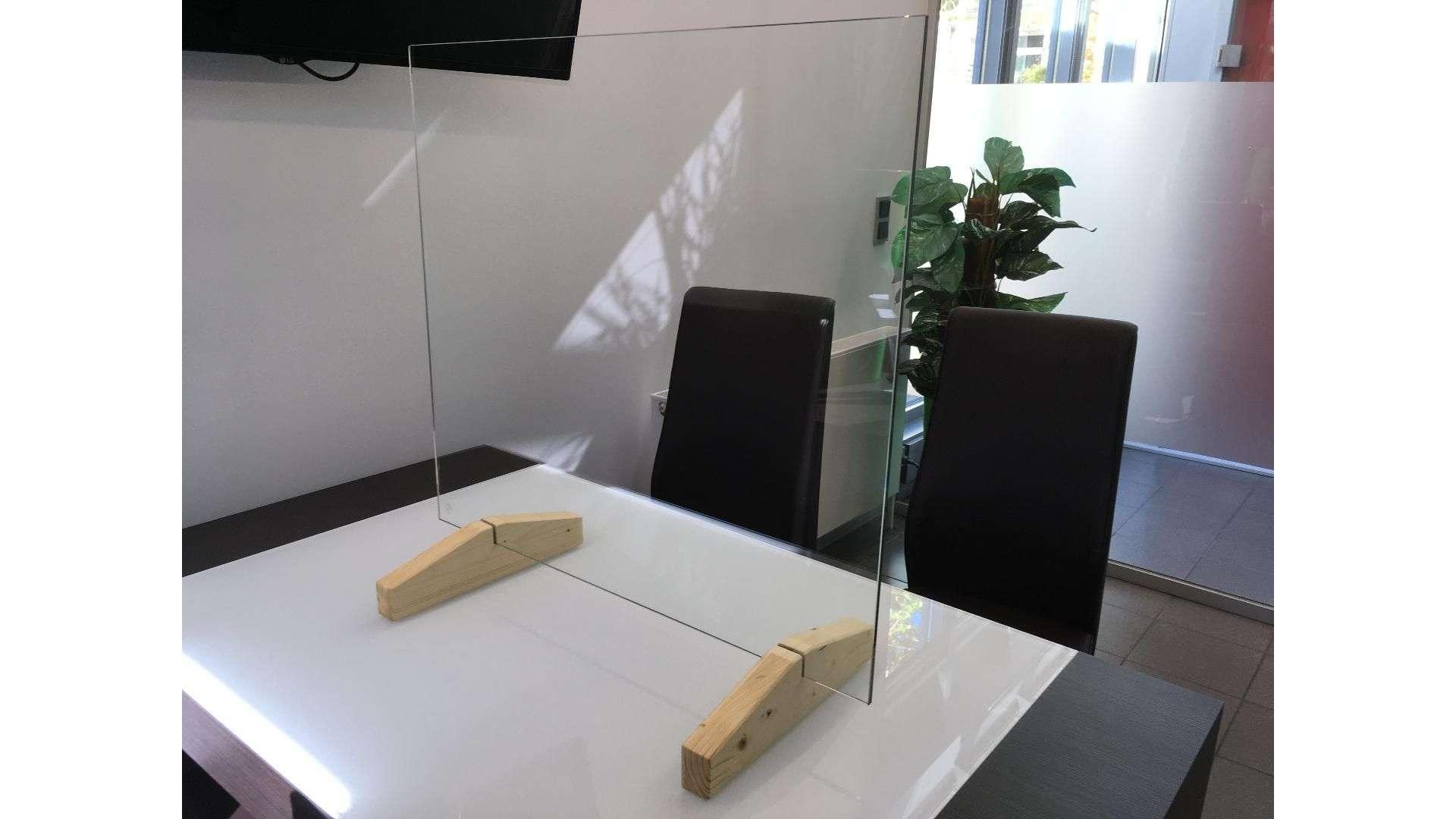 Spuckschutz auf einem Tisch