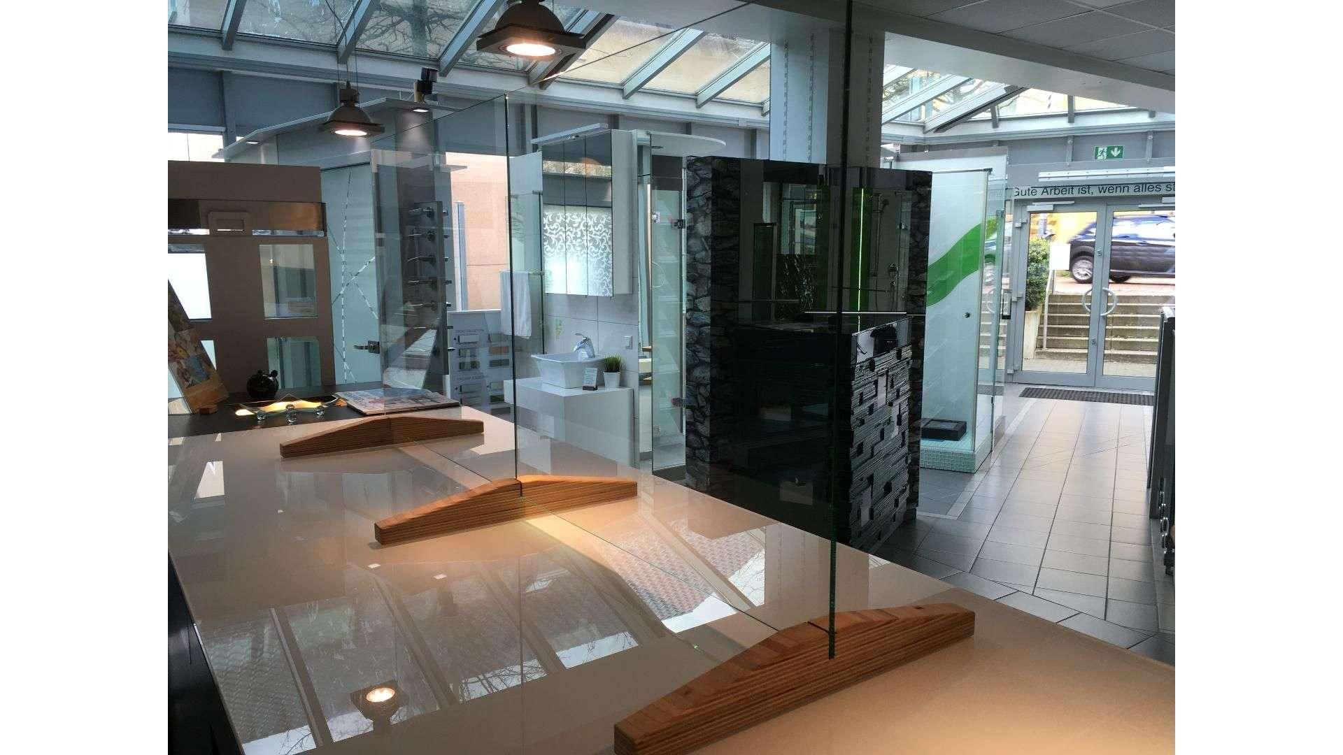 Spuckschutz auf einem Tisch in der Ausstellung von Menke-Glas in Bielefeld
