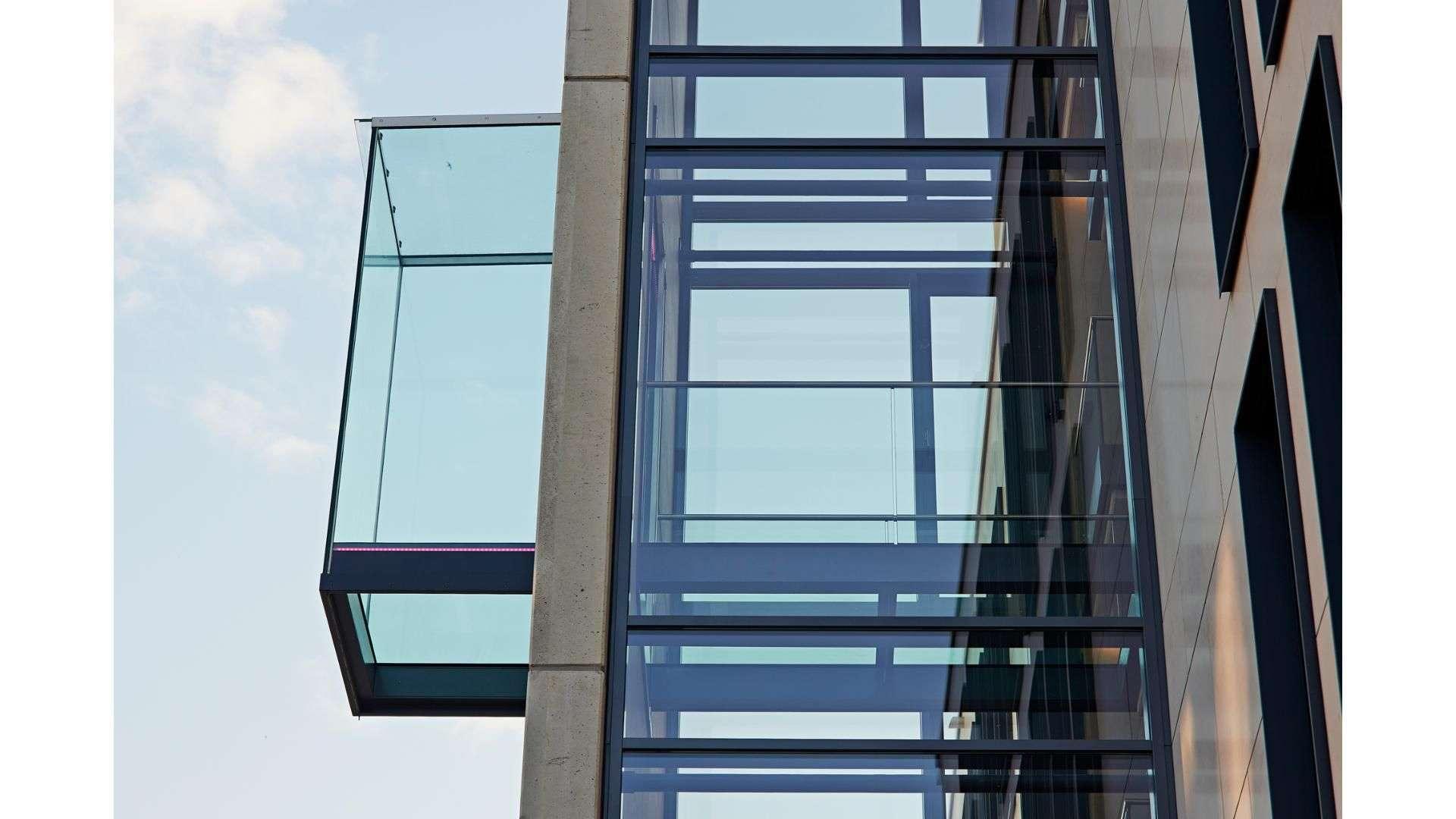 Fahrstuhl in einer Fassade aus Glas