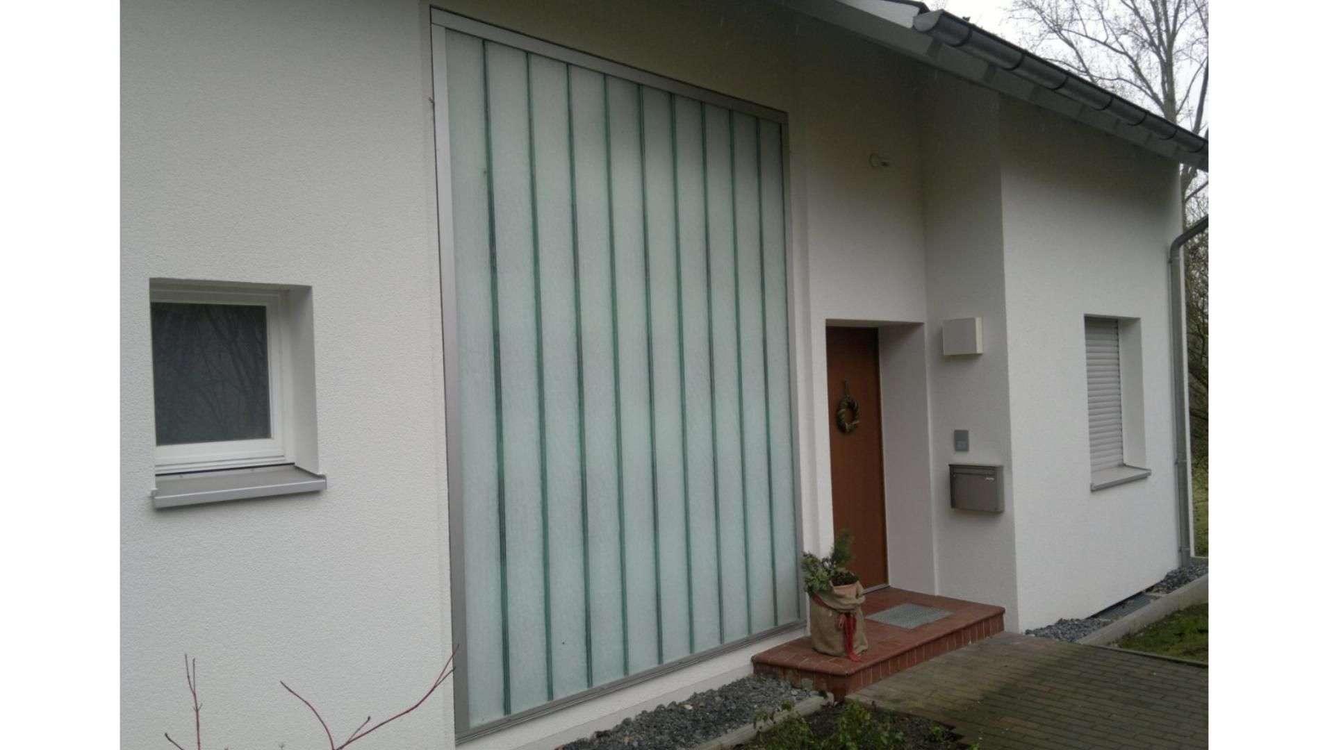 Milchglaselement in der Fassade eines Einfamilienhauses
