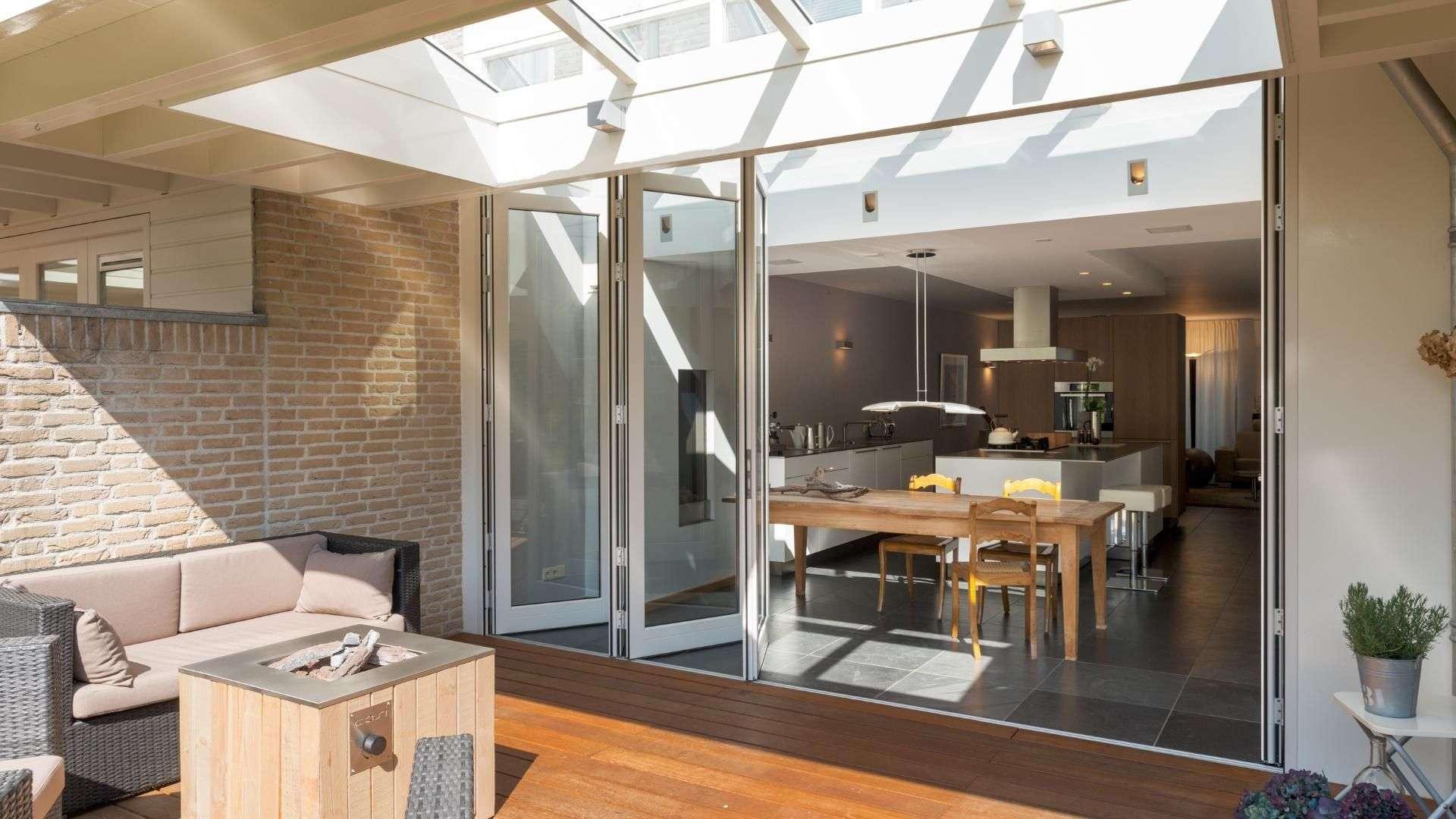 geöffnete Glas-Faltwand zu einer Küche