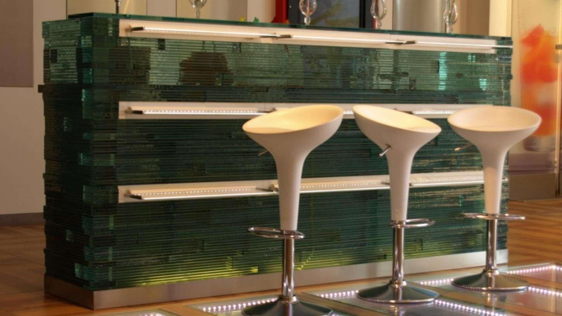 Glas-Theke mit drei Stühlen