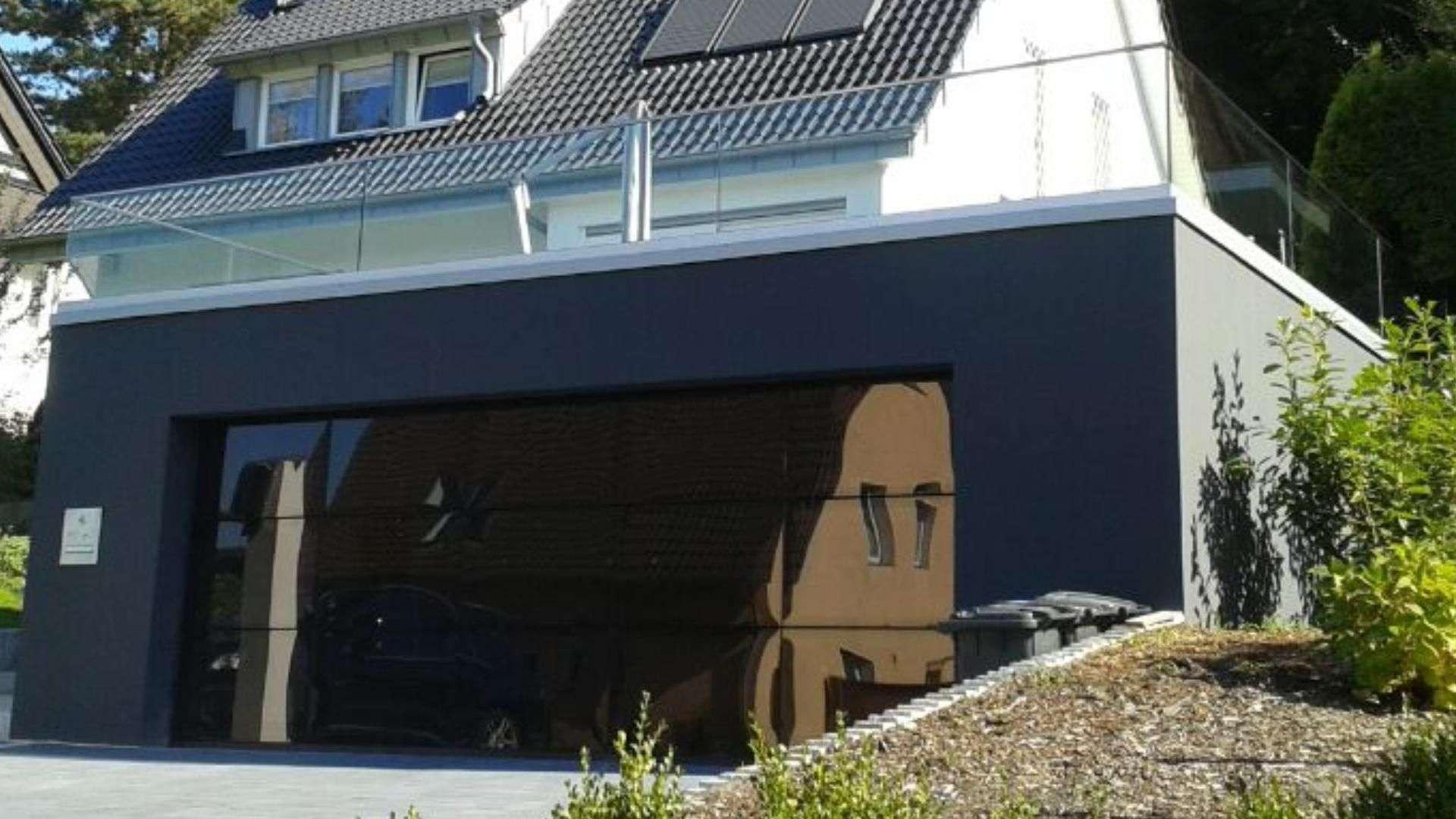 Terrasse mit Glas-Geländer auf einer Garage