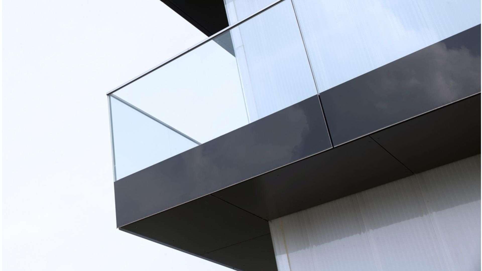 Glas-Balkon vor einem Haus