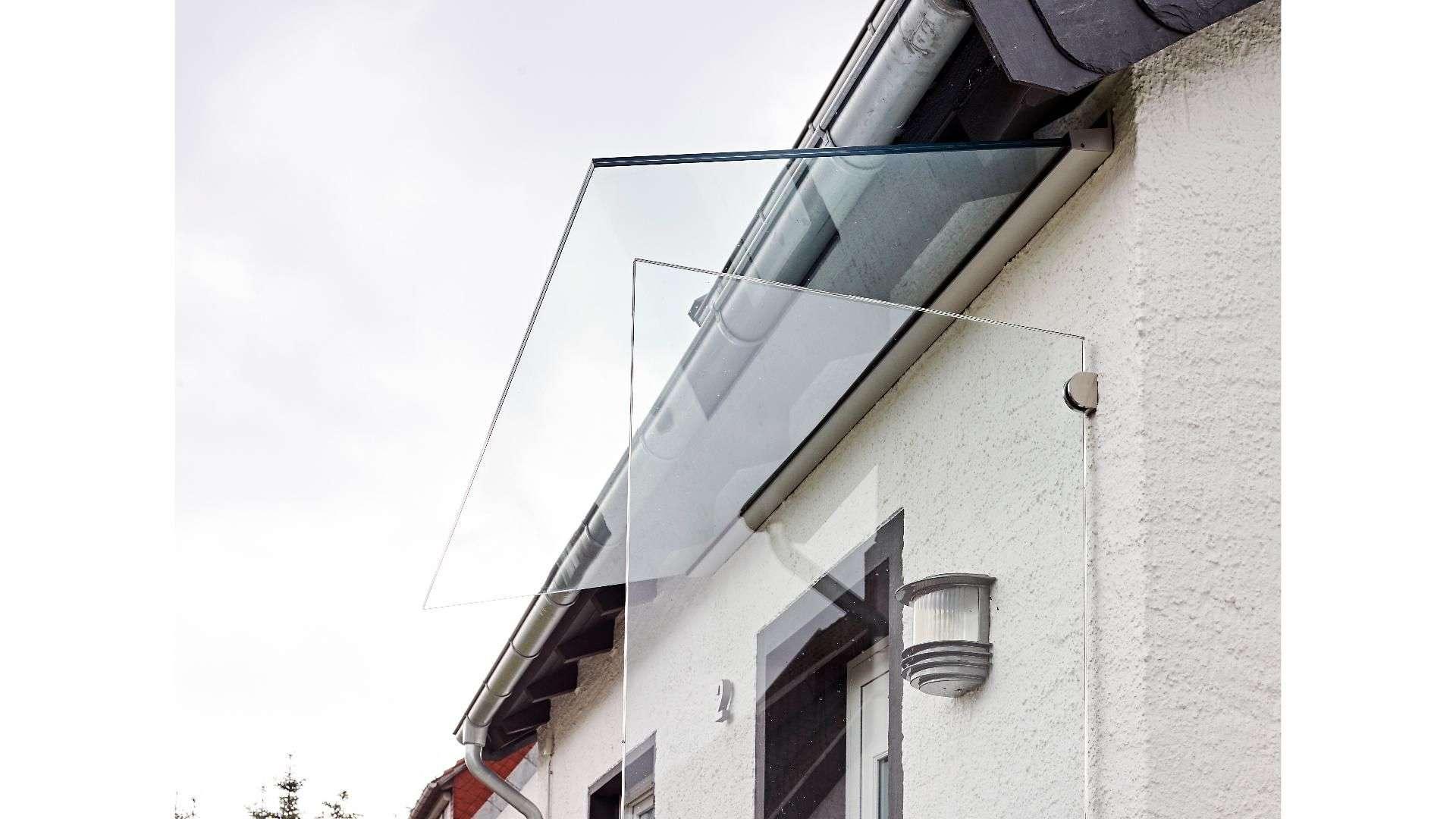 Windschutz neben einer Haustür mit Vordach