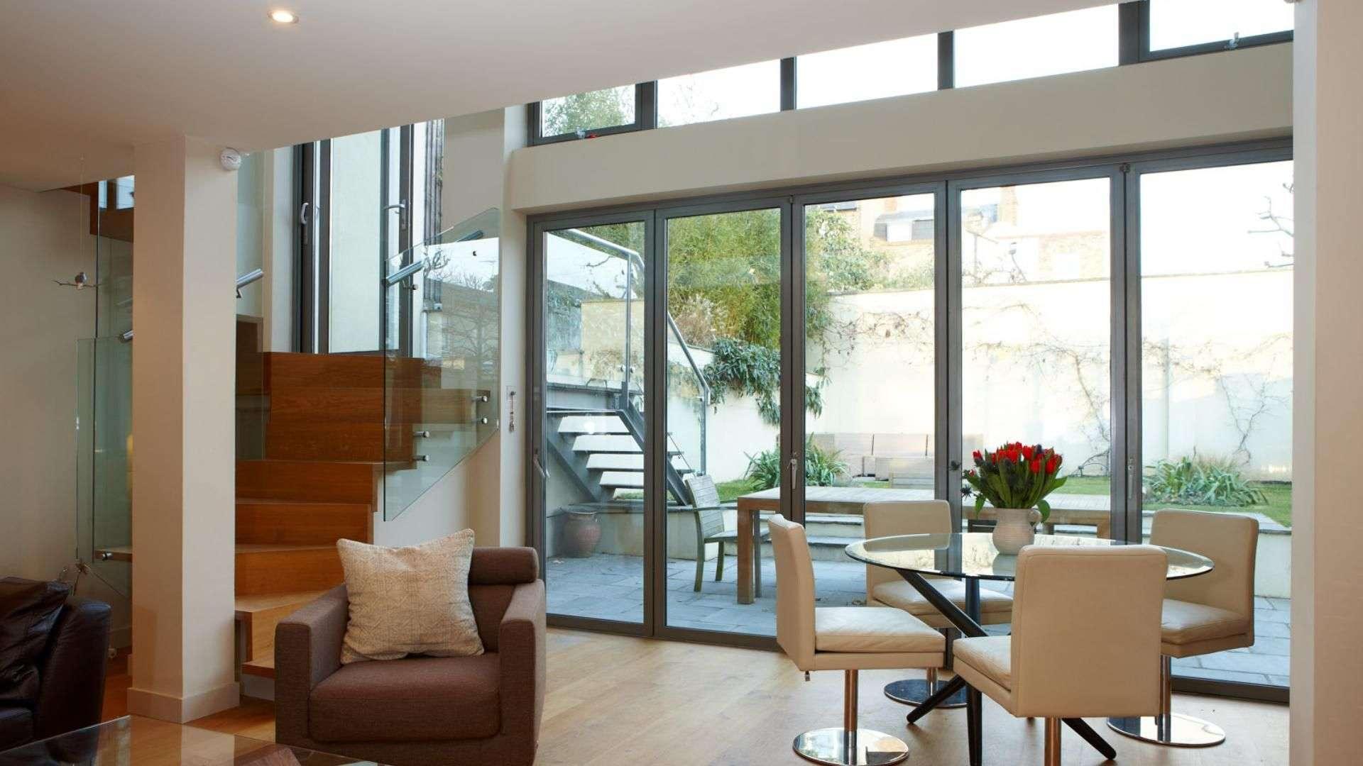 Esszimmer mit bodentiefen Fenstern