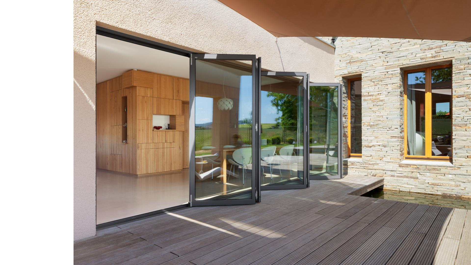 Glas-Faltwand zu einer Terrasse