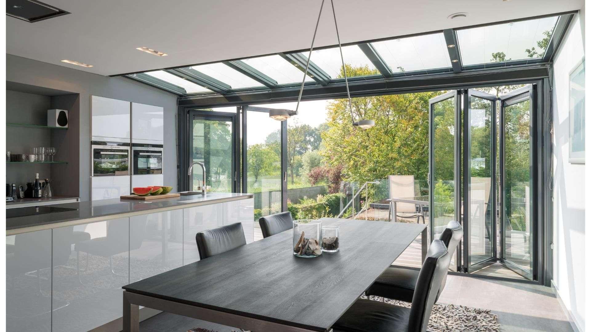 Glas-Faltwand in einer Küche
