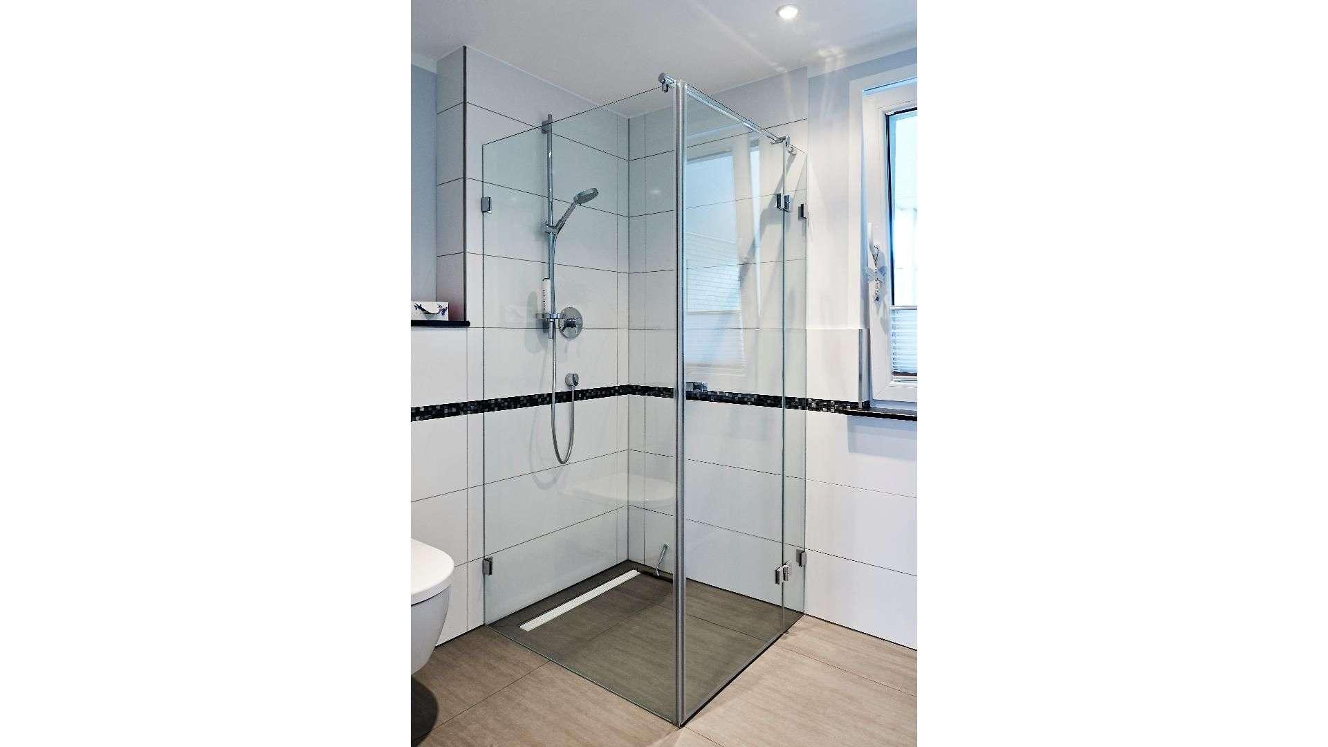 Dusche mit Glaswänden in einem Badezimmer