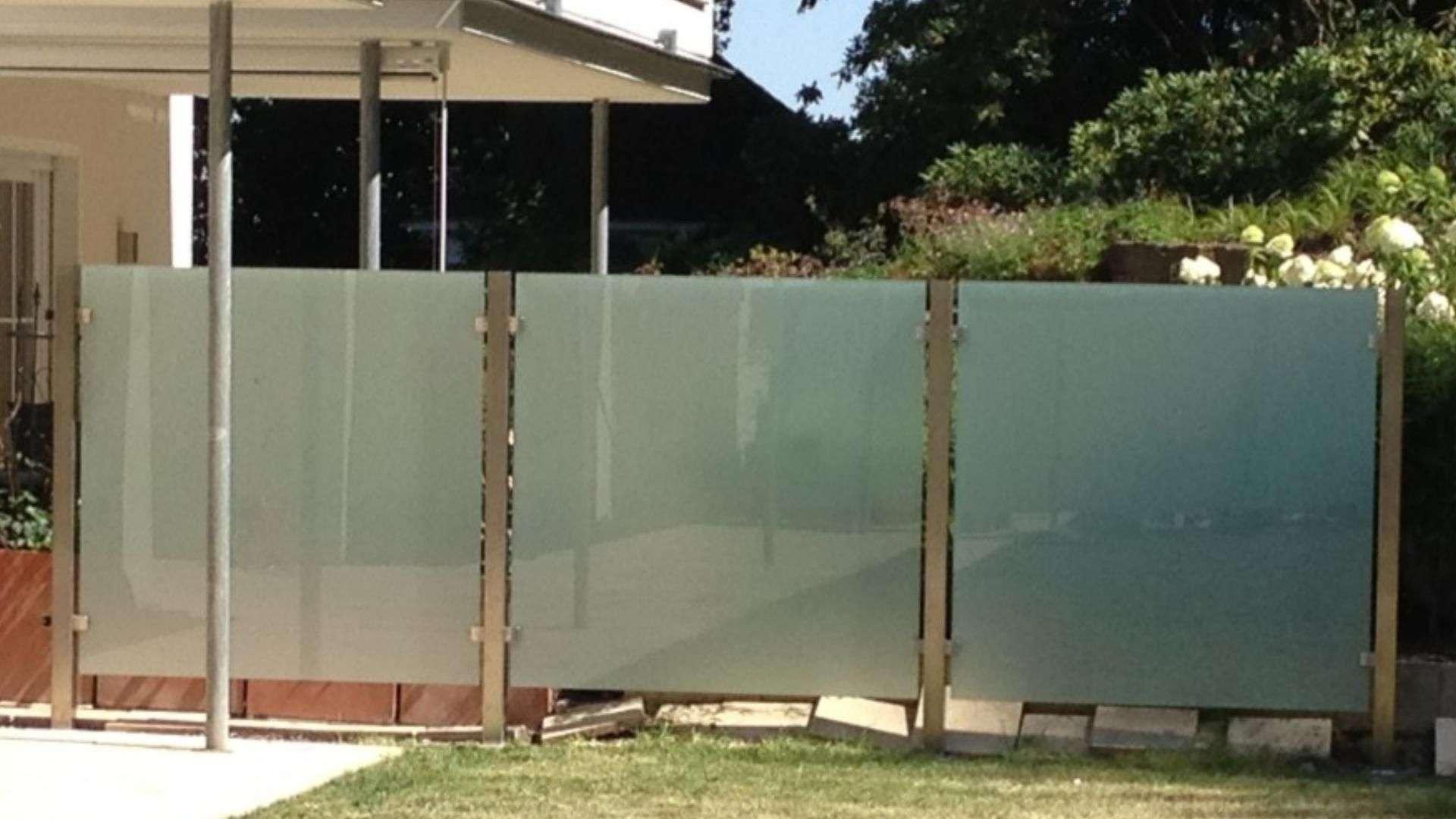 drei Windschutz-Elemente in einem Garten