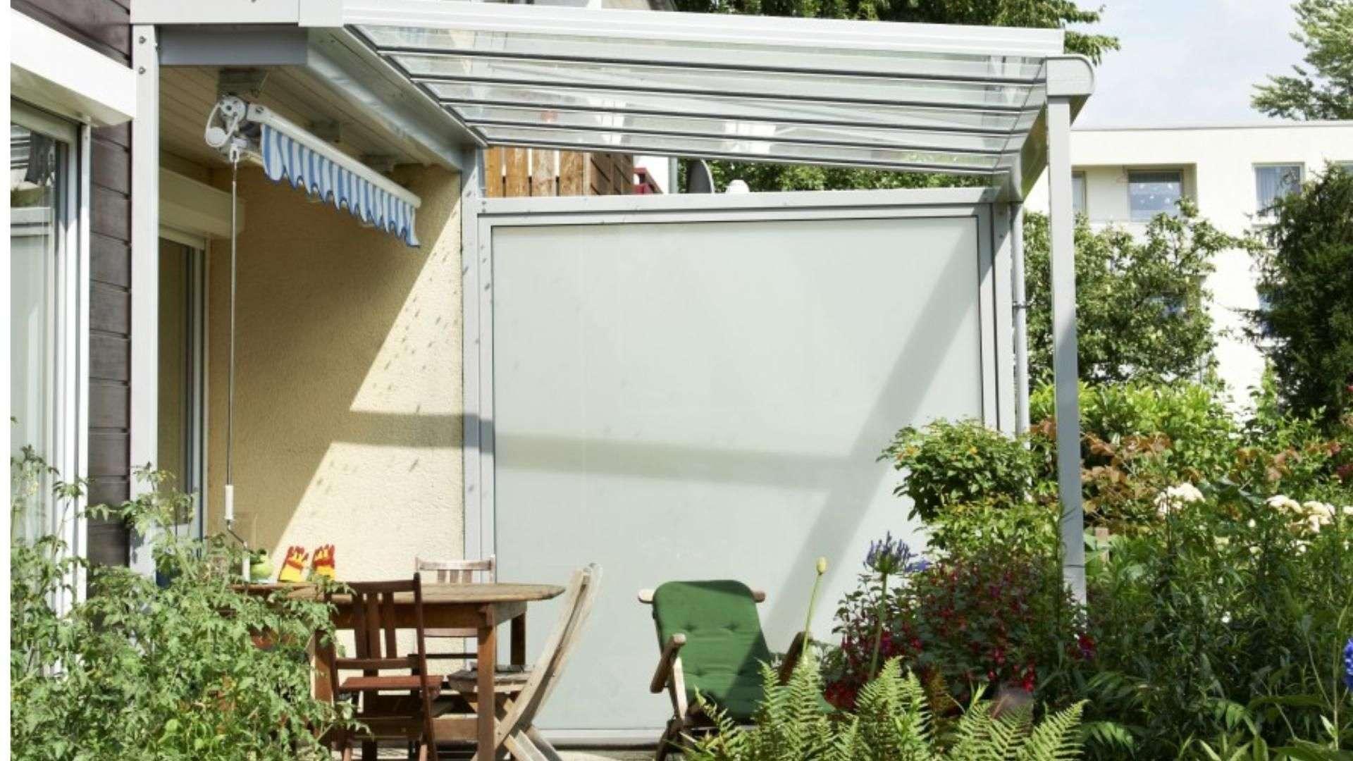 seitlicher Windschutz neben einem Terrassendach