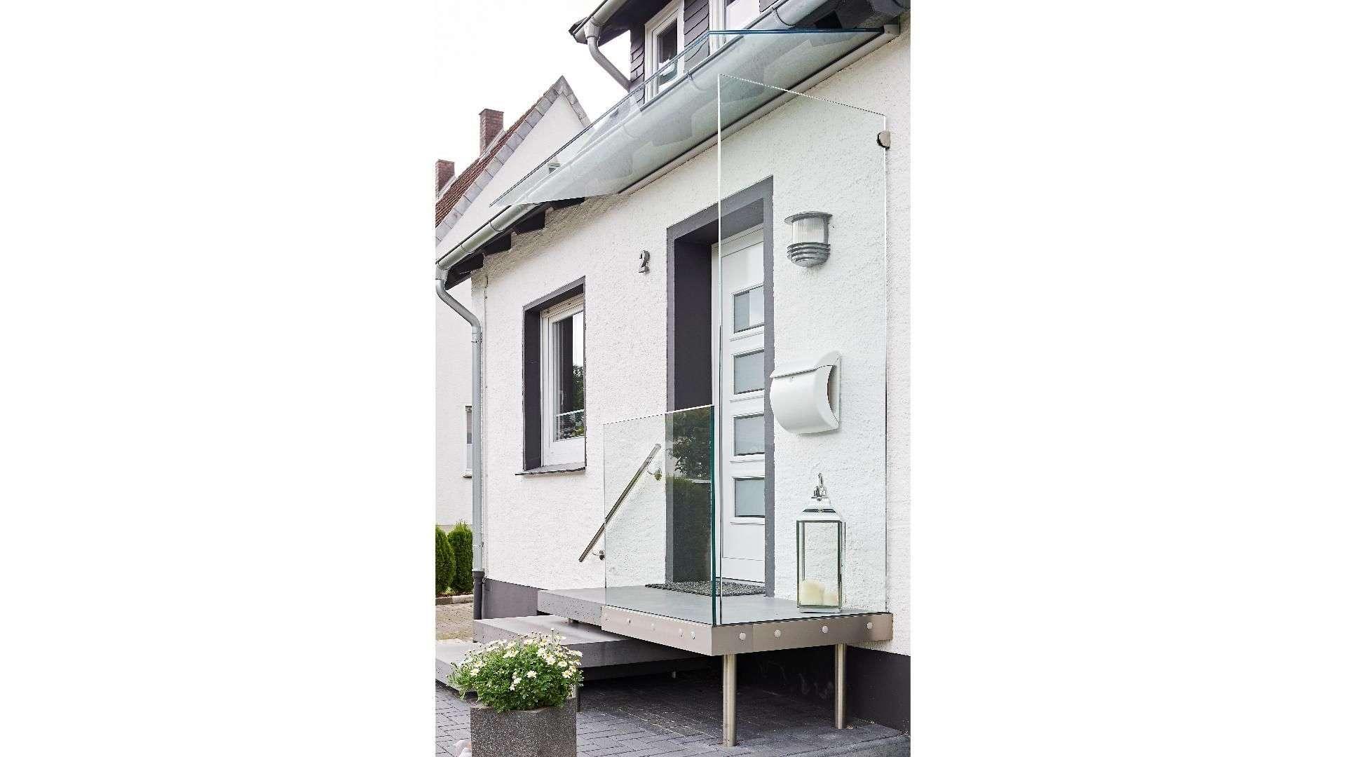 Windschutz neben einer Haustür