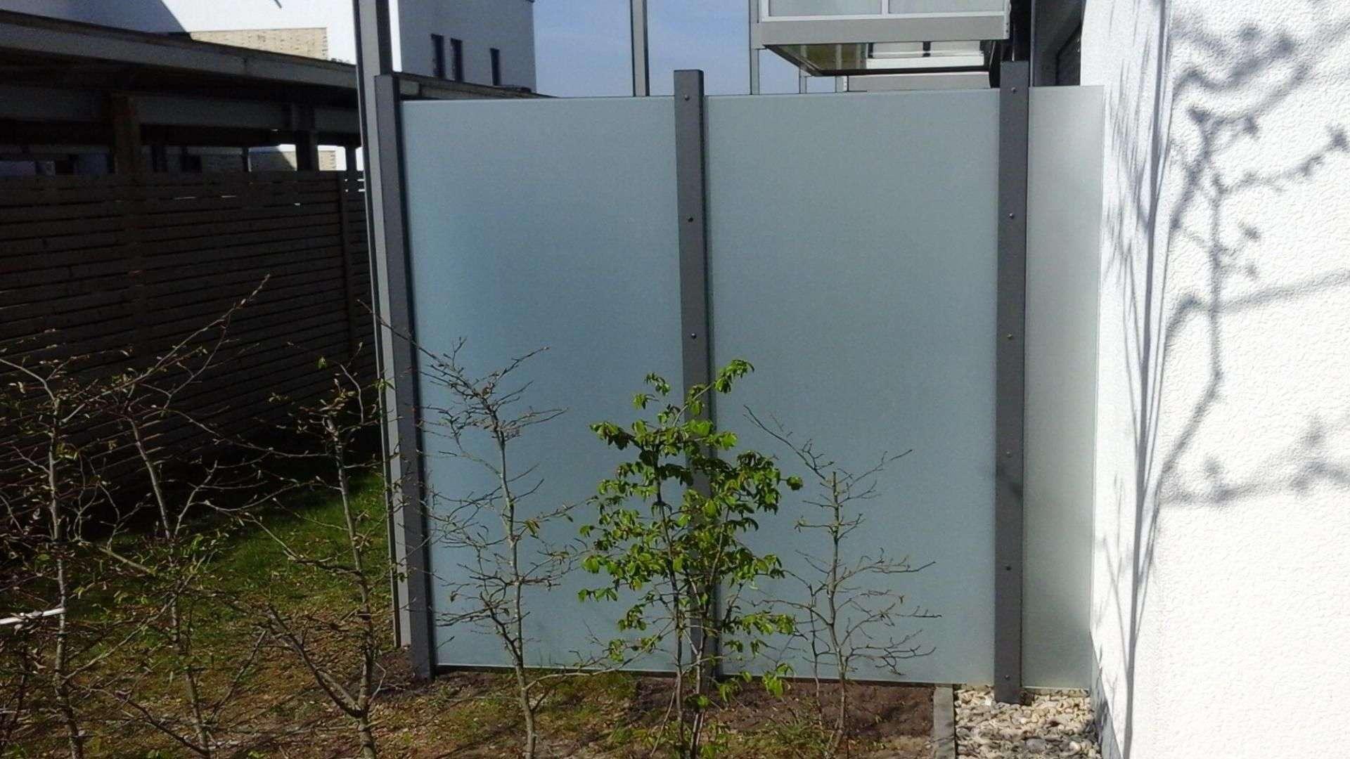 Windschutz-Elemente aus Glas neben einer Terrasse