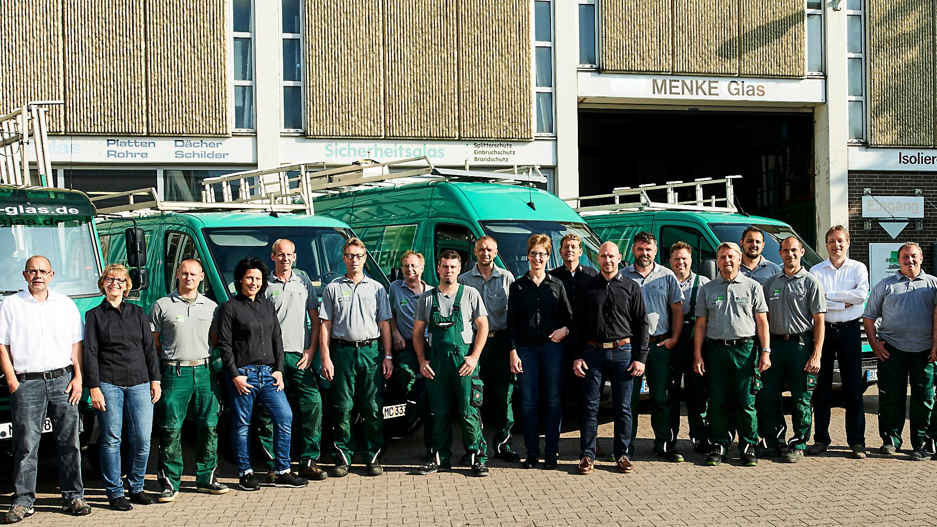 Gruppenbilder der Mitarbeiter von Menke-Glas vor deren Produktion in Bielefeld