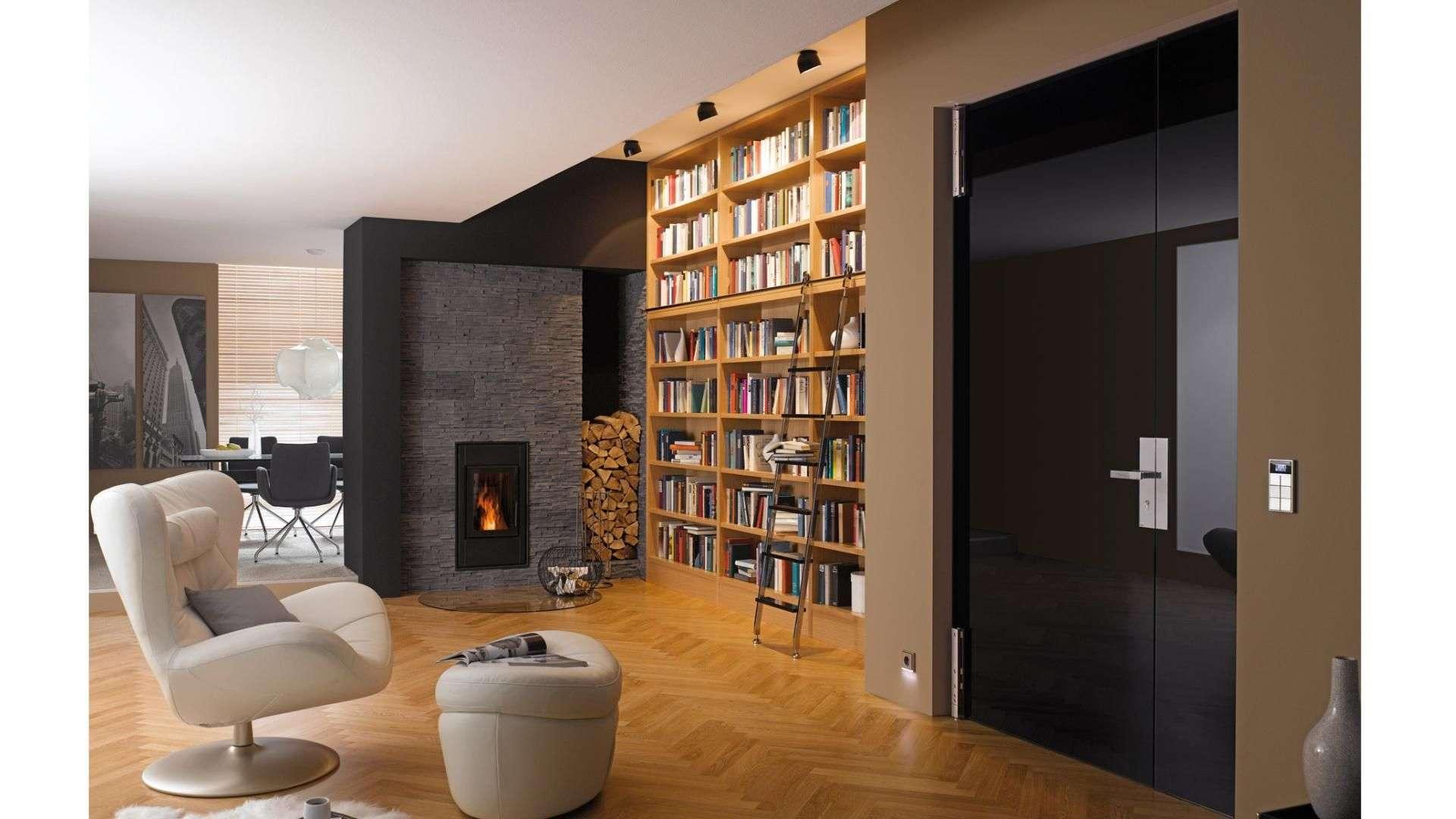 schwarze Glastür in einem Wohnzimmer