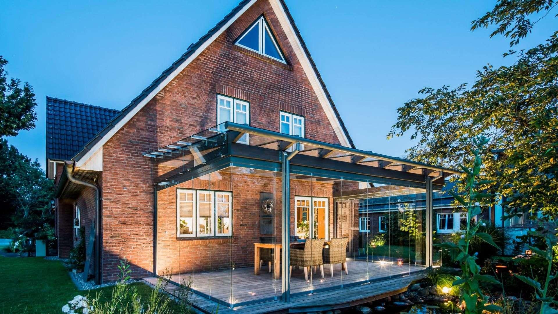 SDL Aura Glashaus an einem Einfamilienhaus
