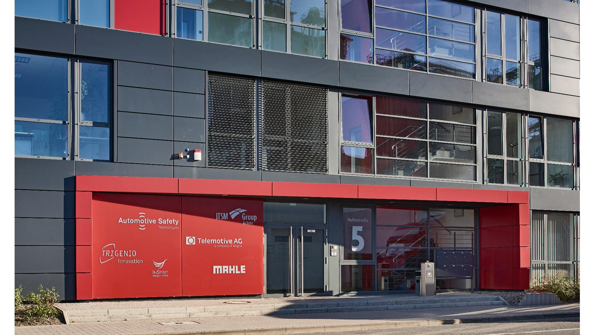 rote Verglasung im Eingangsbereich eines Firmengebäudes