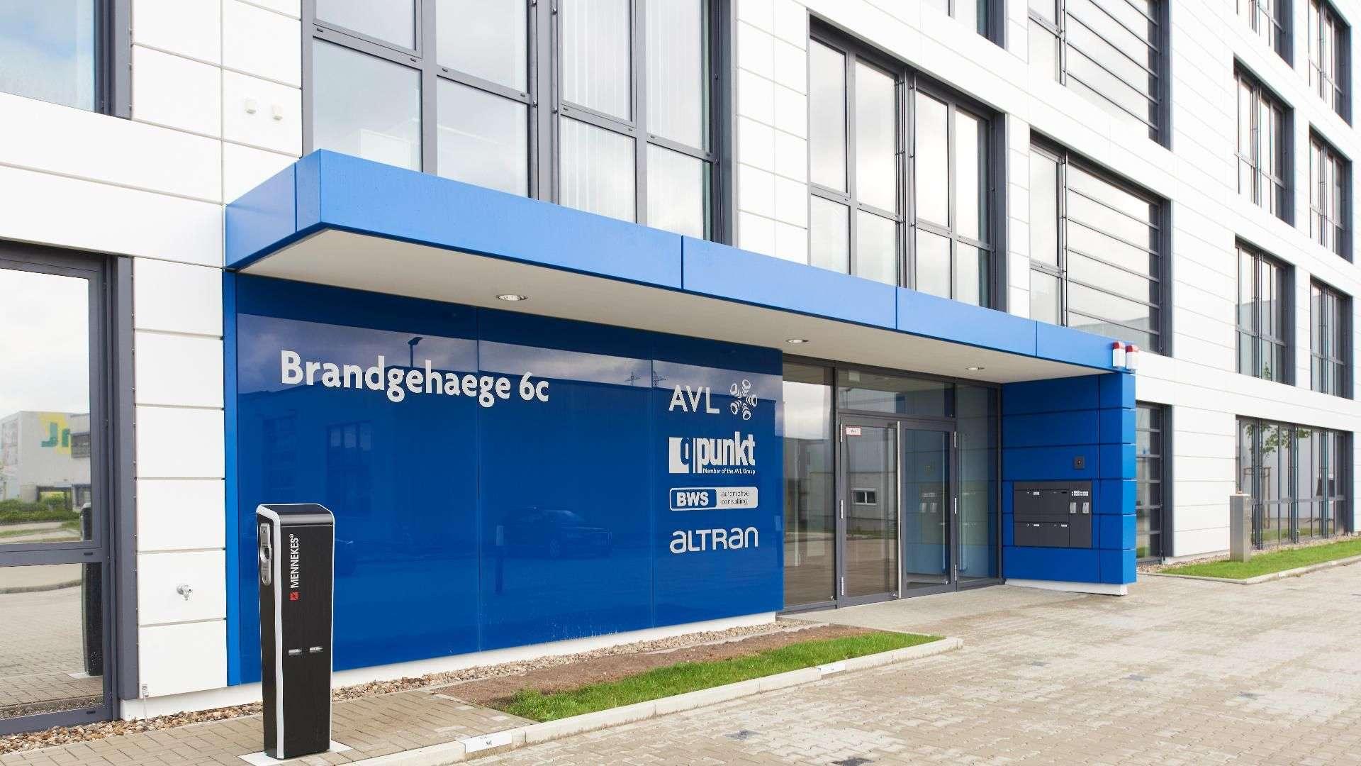 blaue Verglasung im Eingangsbereich eines Firmengebäudes