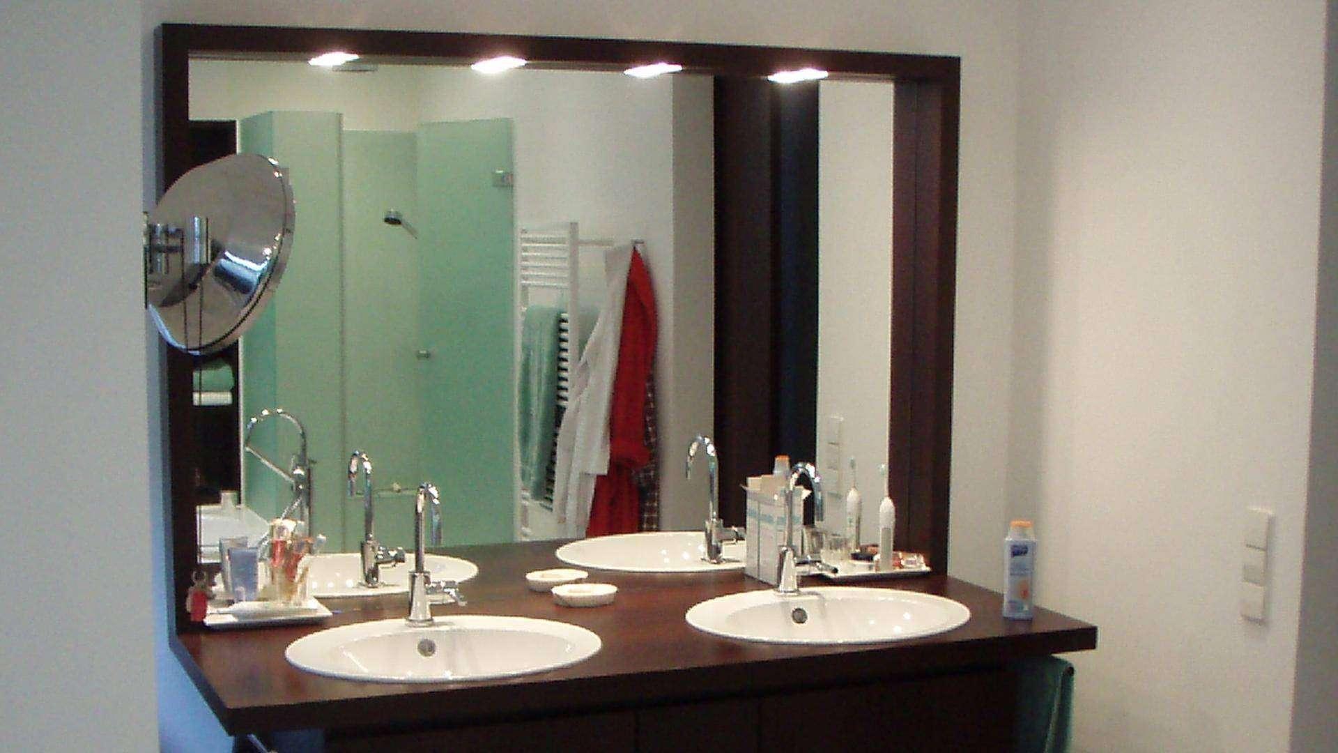 Spiegel hinter zwei Waschbecken