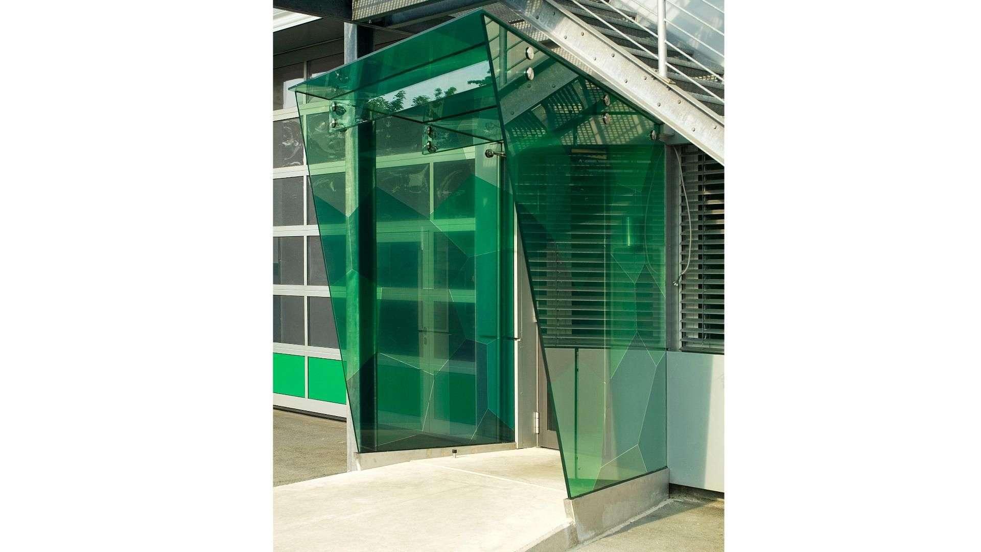grüne Verglasung im Eingangsbereich