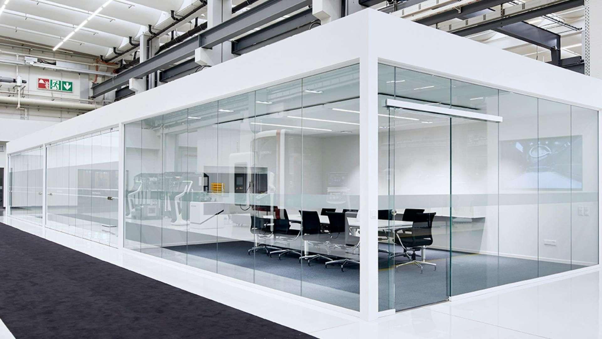 Ganzglas-Anlagen in einer Halle