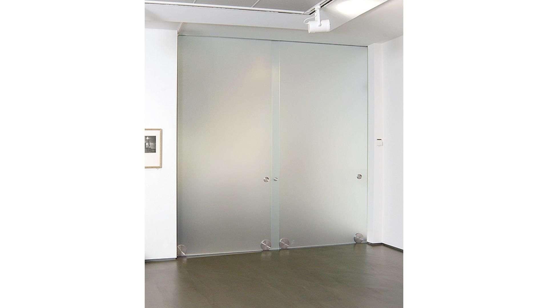 Glas-Schiebetür in einem Raum