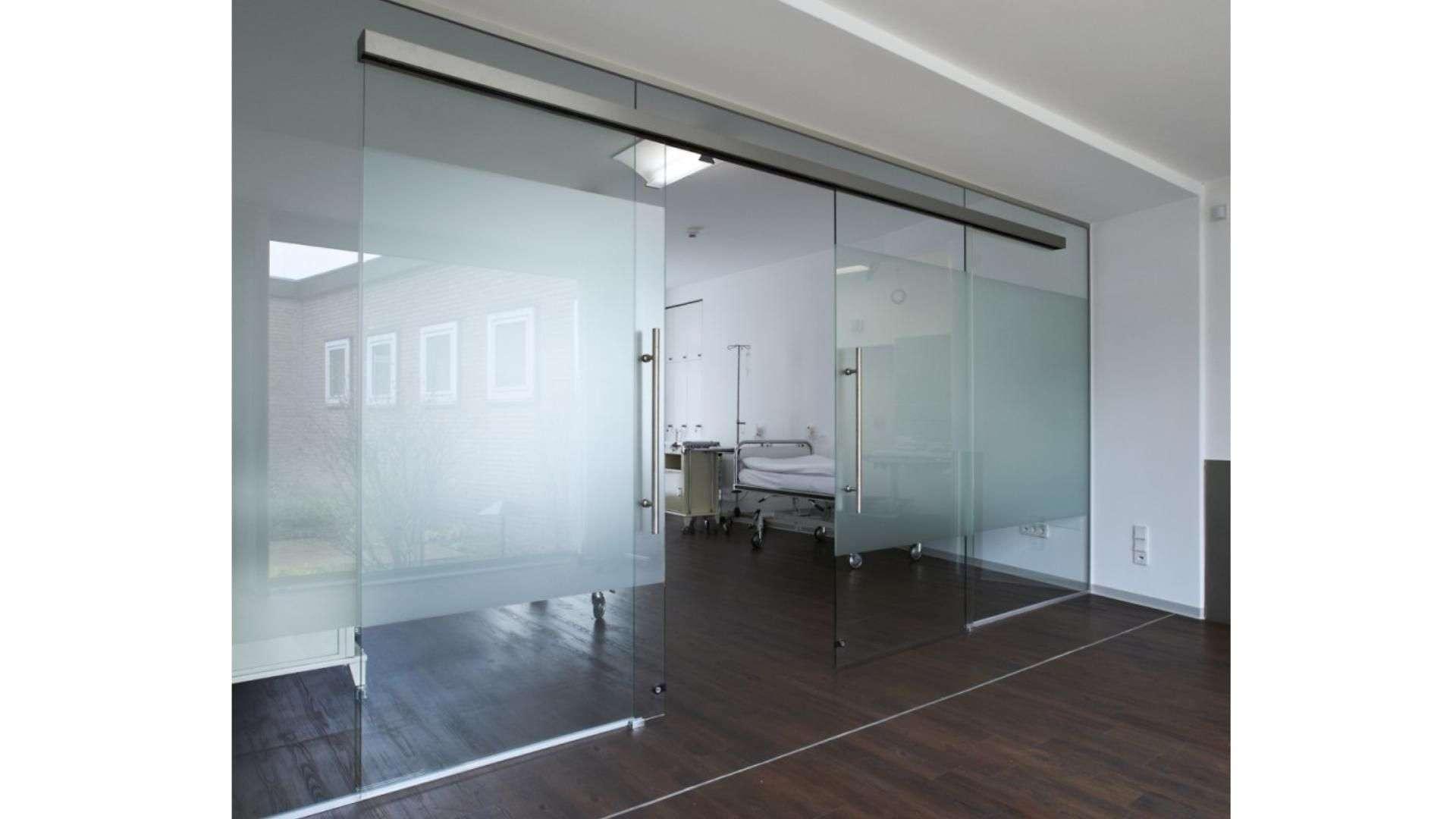 Glas-Schiebetür zwischen zwei Räumen