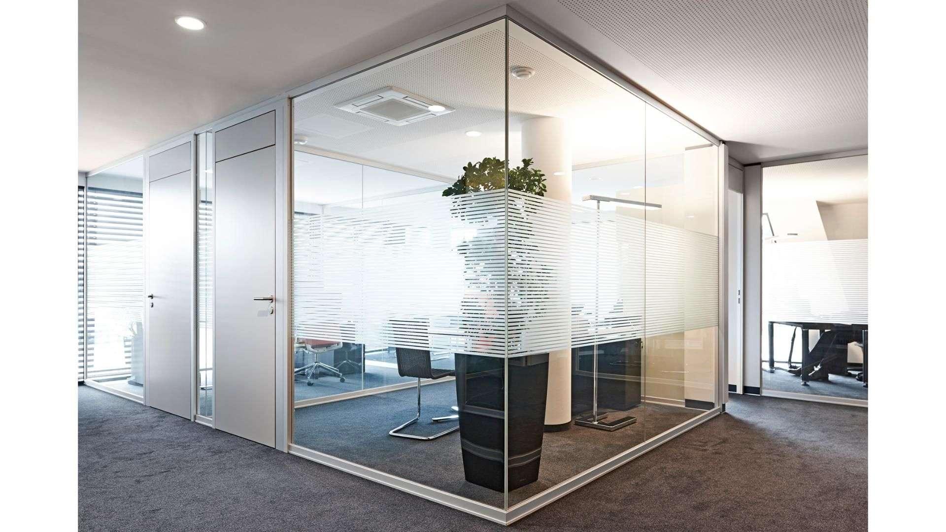 Ganzglas-Anlage um ein Büro