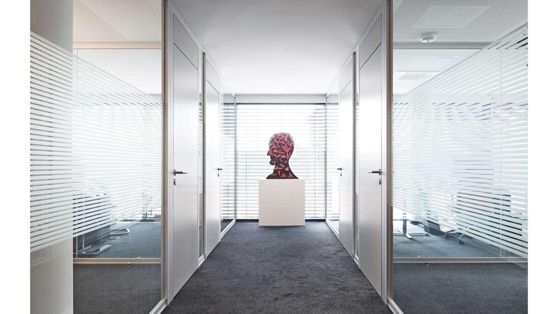 Ganzglas-Anlage vor einem Büro