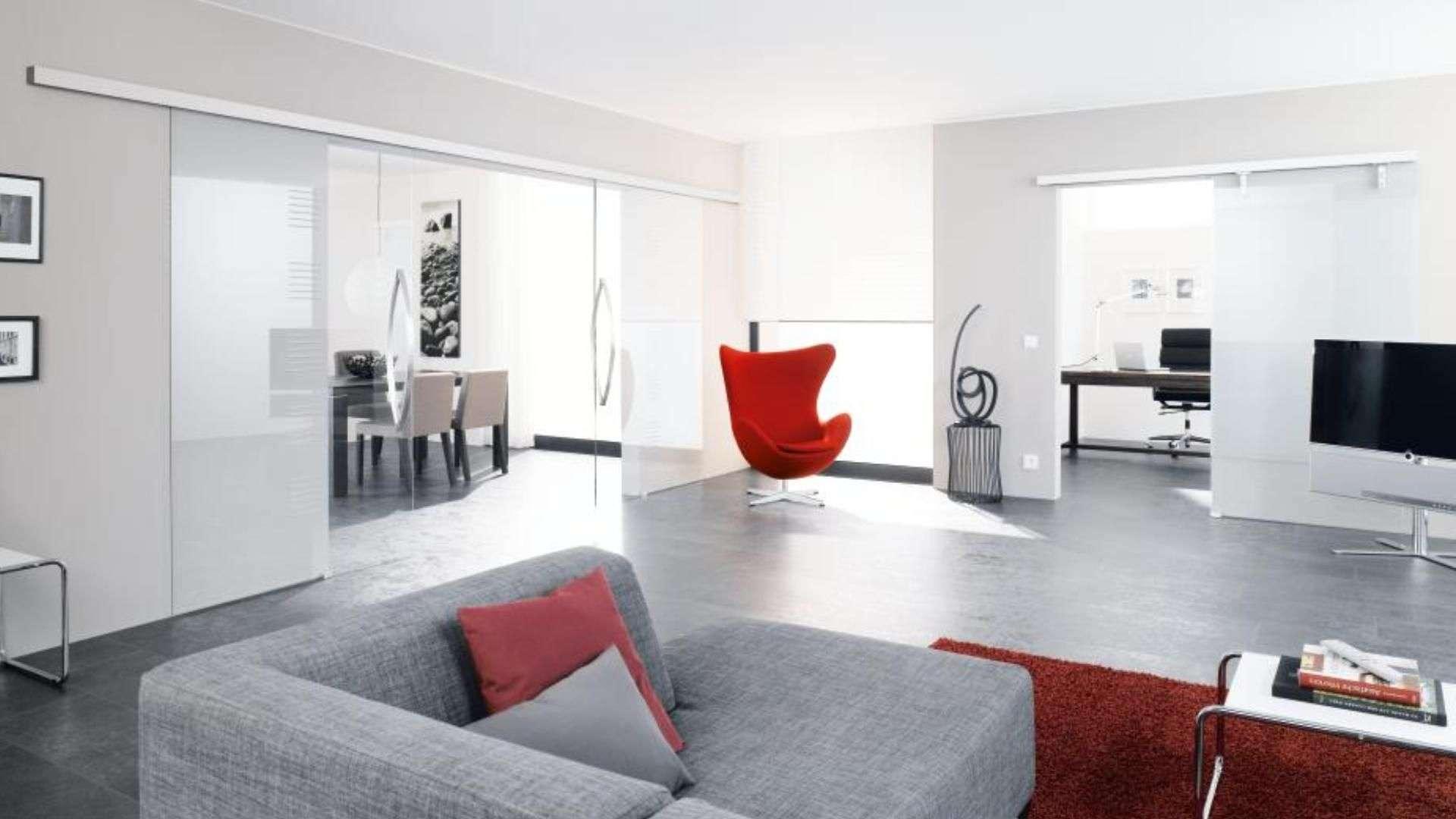 offener Wohnraum mit Glas-Schiebetüren zu den anderen Räumen