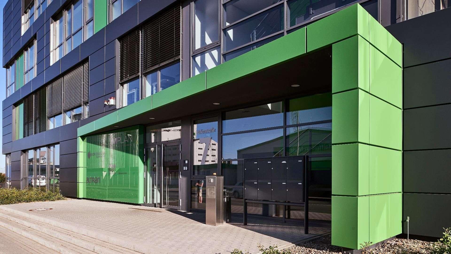 grüne Verglasung im Eingangsbereich eines Firmengebäudes