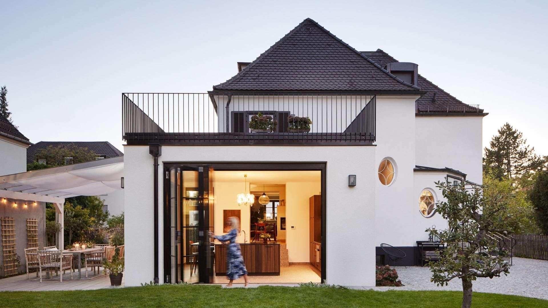 highline Glas-Faltwand in einem modernen Haus